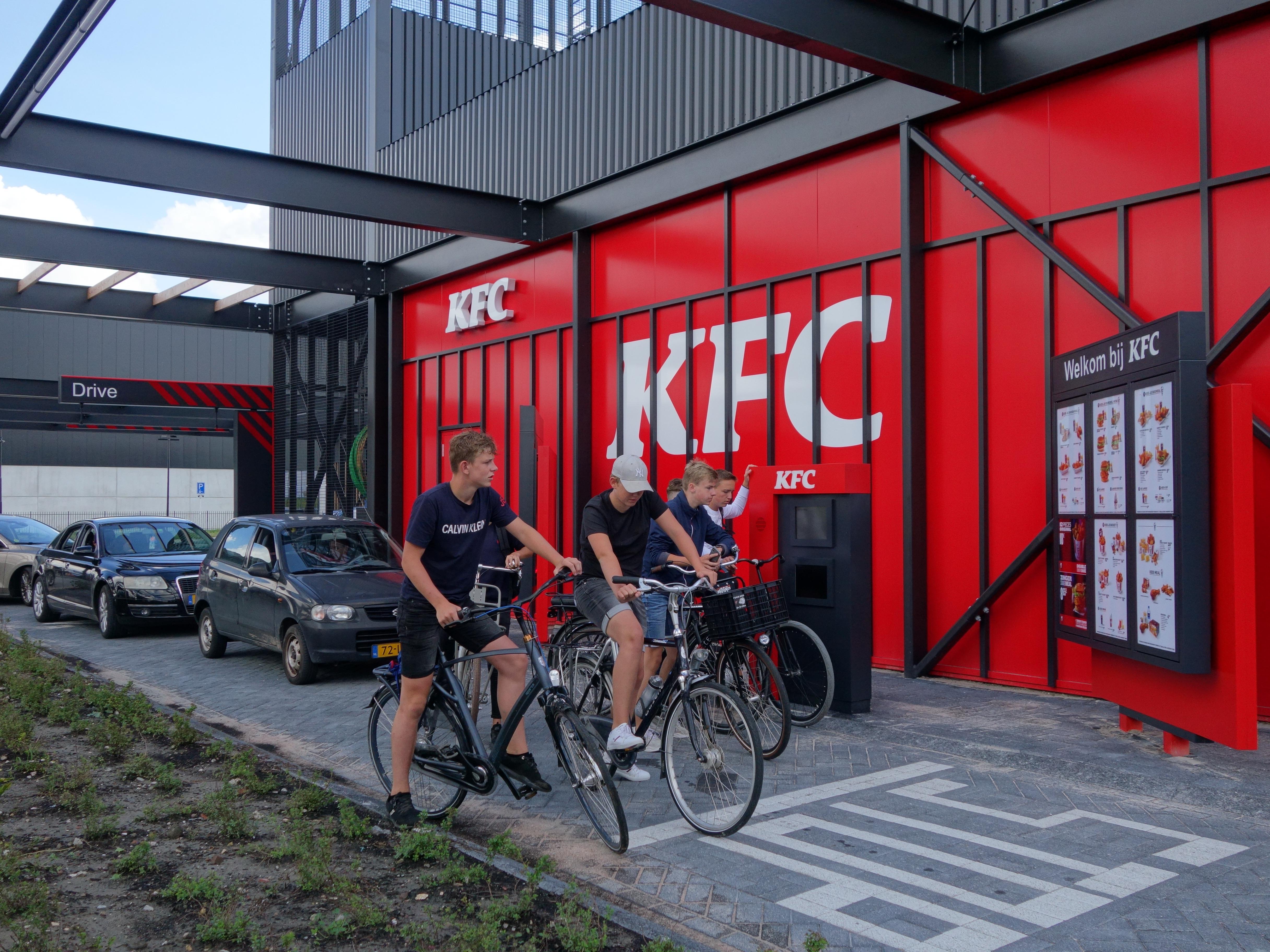 Auto's én fietsers al meteen in de rij voor nieuwe KFC op bedrijventerrein Zevenhuis in Zwaag