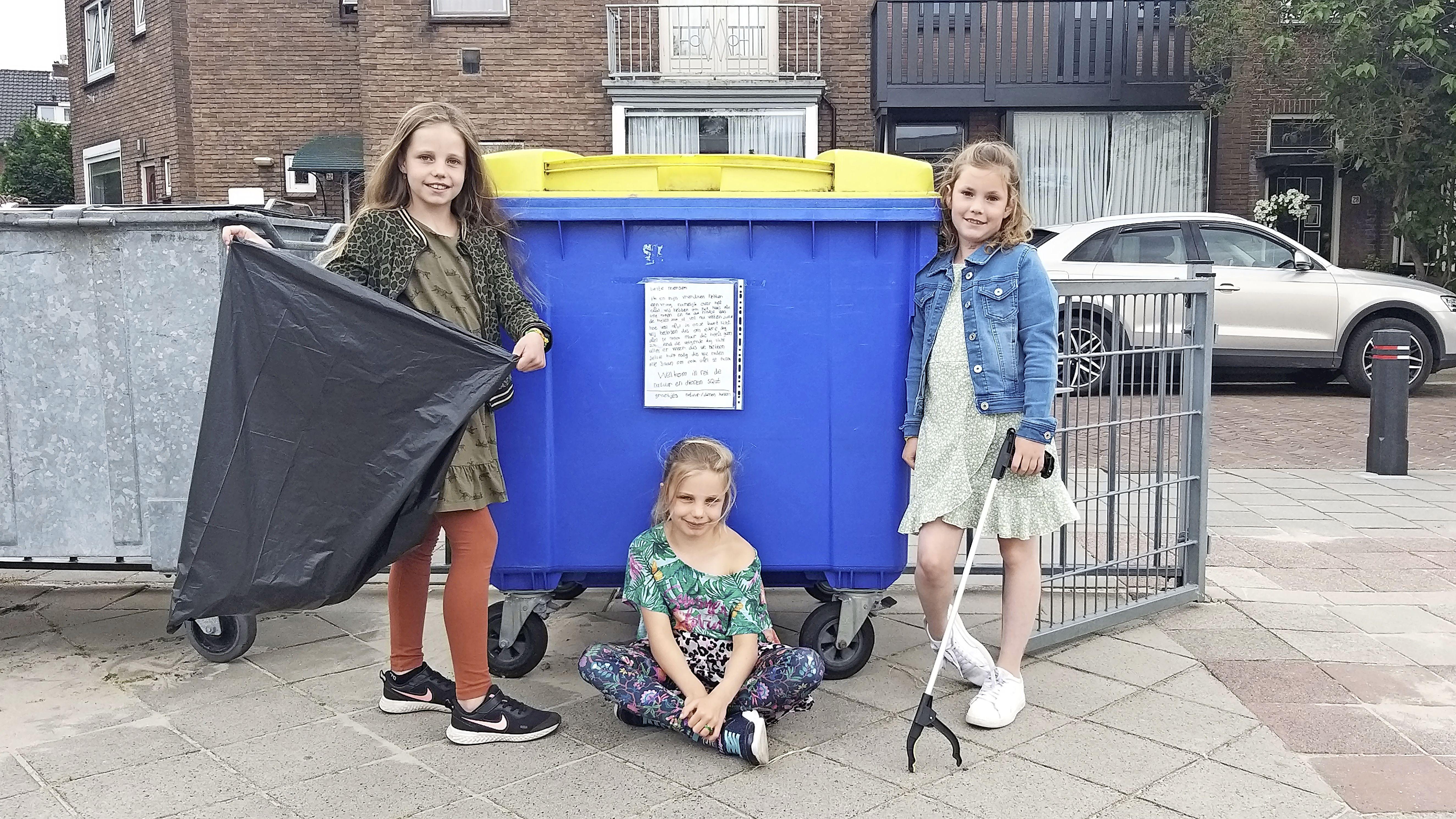 Met posters vragen Mila, Fem en Evi of iedereen z'n rommel wil opruimen: 'Met prullenbak in de buurt afval op de grond gooien. Dan heb je toch geen brein?'