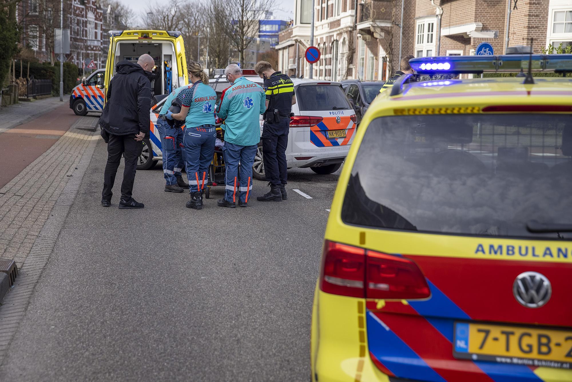 Motorscooterrijder klapt op taxi in Haarlem, bestuurder naar ziekenhuis