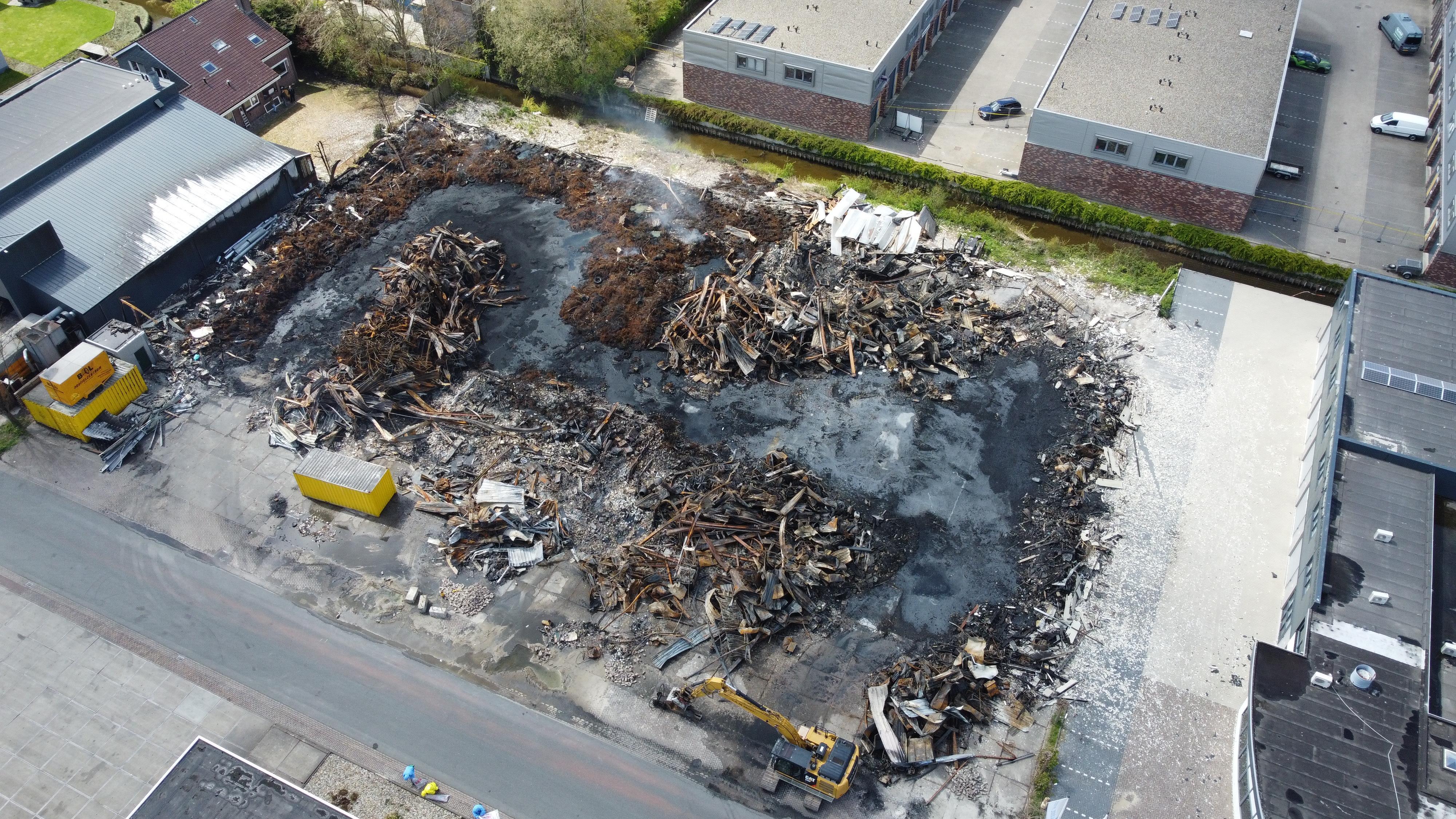 Veiligheidsregio over brand in Broek op Langedijk: 'Asbest maar in klein gebied, daarbuiten geen gevaar' [luchtfoto's]