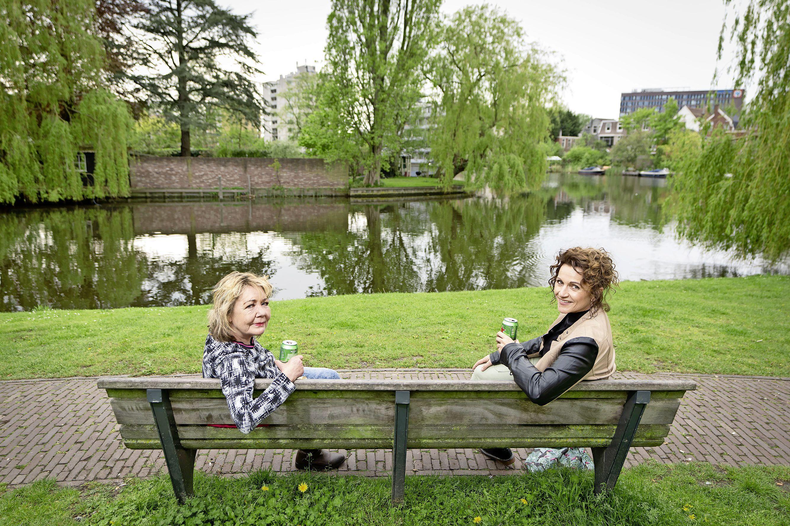 Handhaver maant twee vrouwen in Rembrandtpark hun biertje weg te gooien