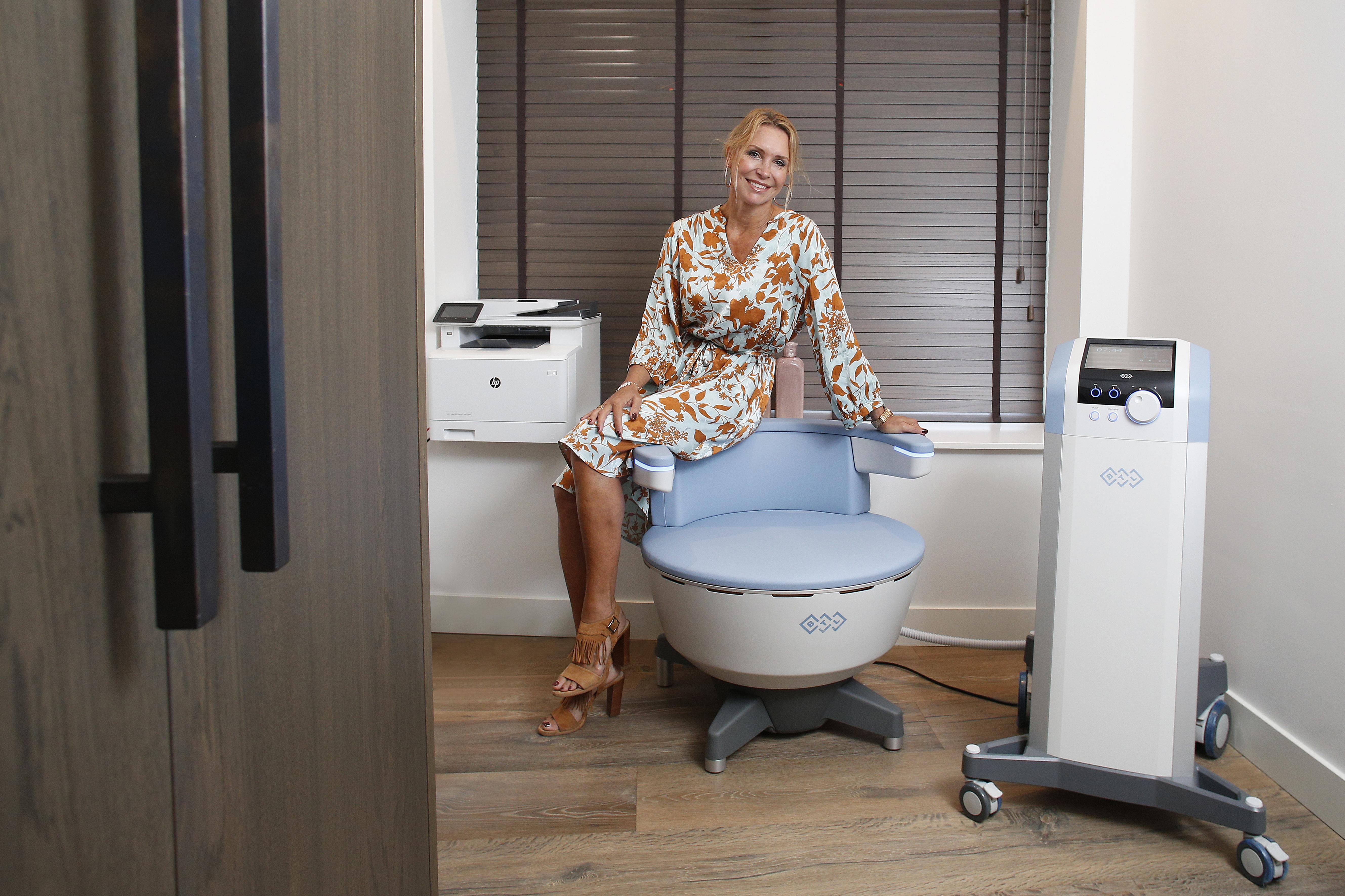 Geen sexy onderwerp: urineverlies na de bevalling of de overgang. Maar dokter Knigge deelt graag haar primeur: met een slimme stoel slappe bekkenbodemspieren keihard aanpakken