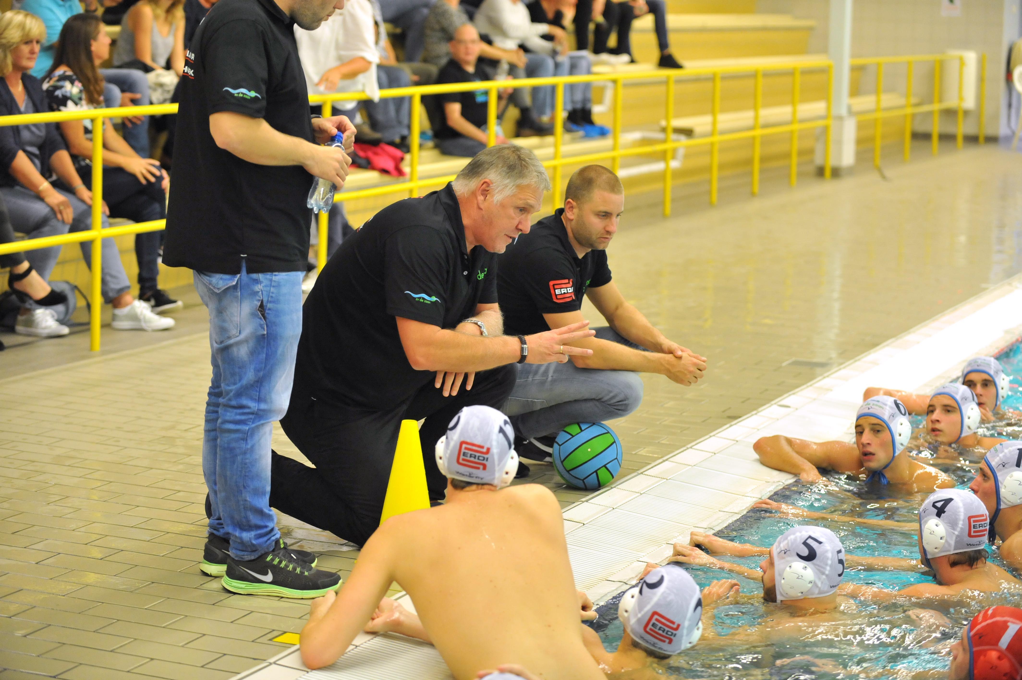 Trainer Johan Aantjes laat jaarplanning van waterpoloërs De Zaan helemaal los: 'Je kunt wel elke keer tegen jezelf zeggen dat het lastig is, maar daar wordt het niet beter van'
