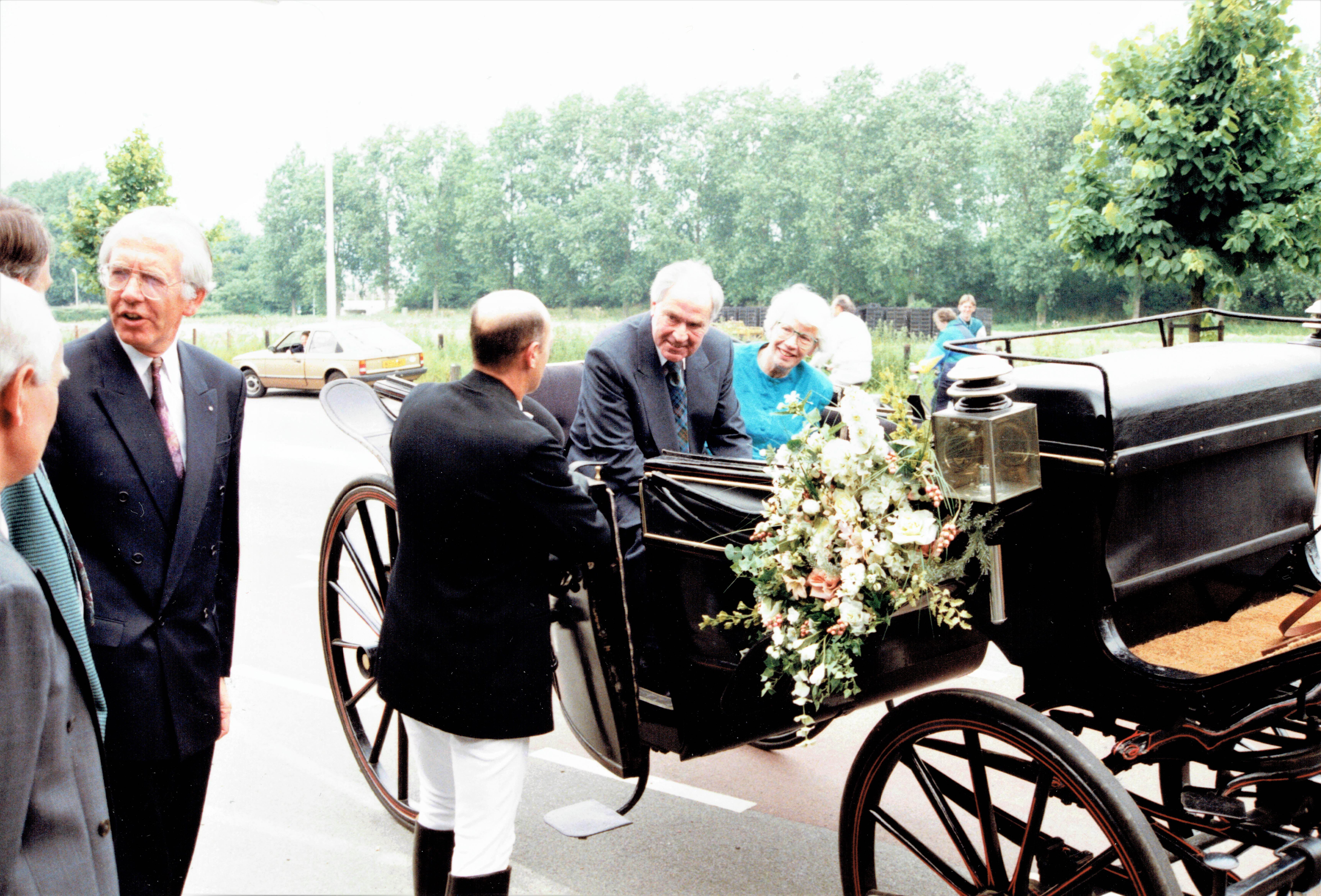 Velsen van Vroeger: Foto's van het afscheid van een Santpoortse huisarts en zijn gade