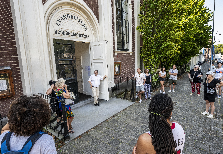 Wandeling langs slavernijverleden in Haarlem: 'Als trotse Haarlemmer hoor ik dit ook te weten'