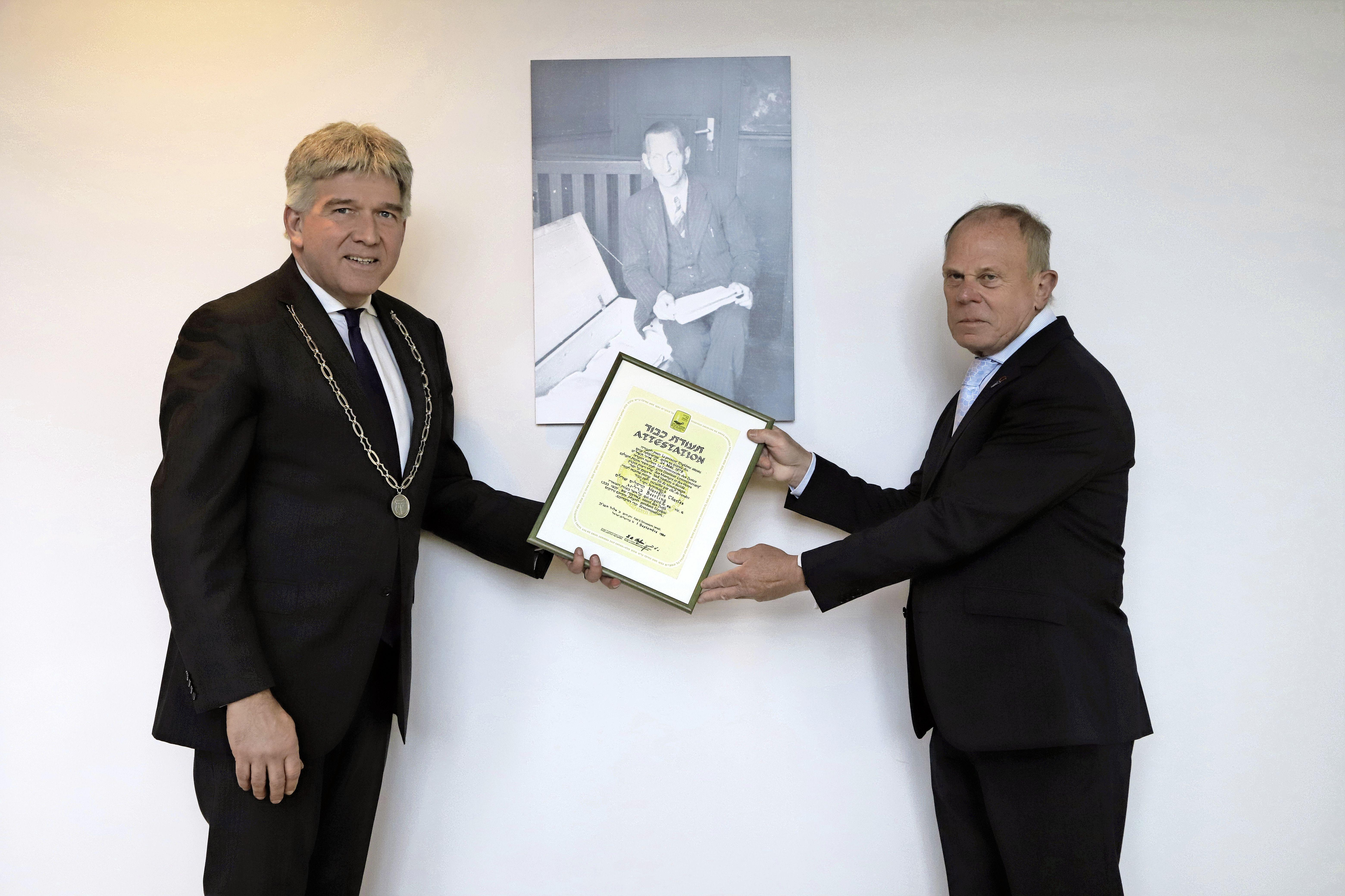 Gemeentesecretaris Beerling riskeerde zijn leven in de oorlog: Yad Vashem-onderscheiding nu geschonken aan Oudheidkamer Oostzaan