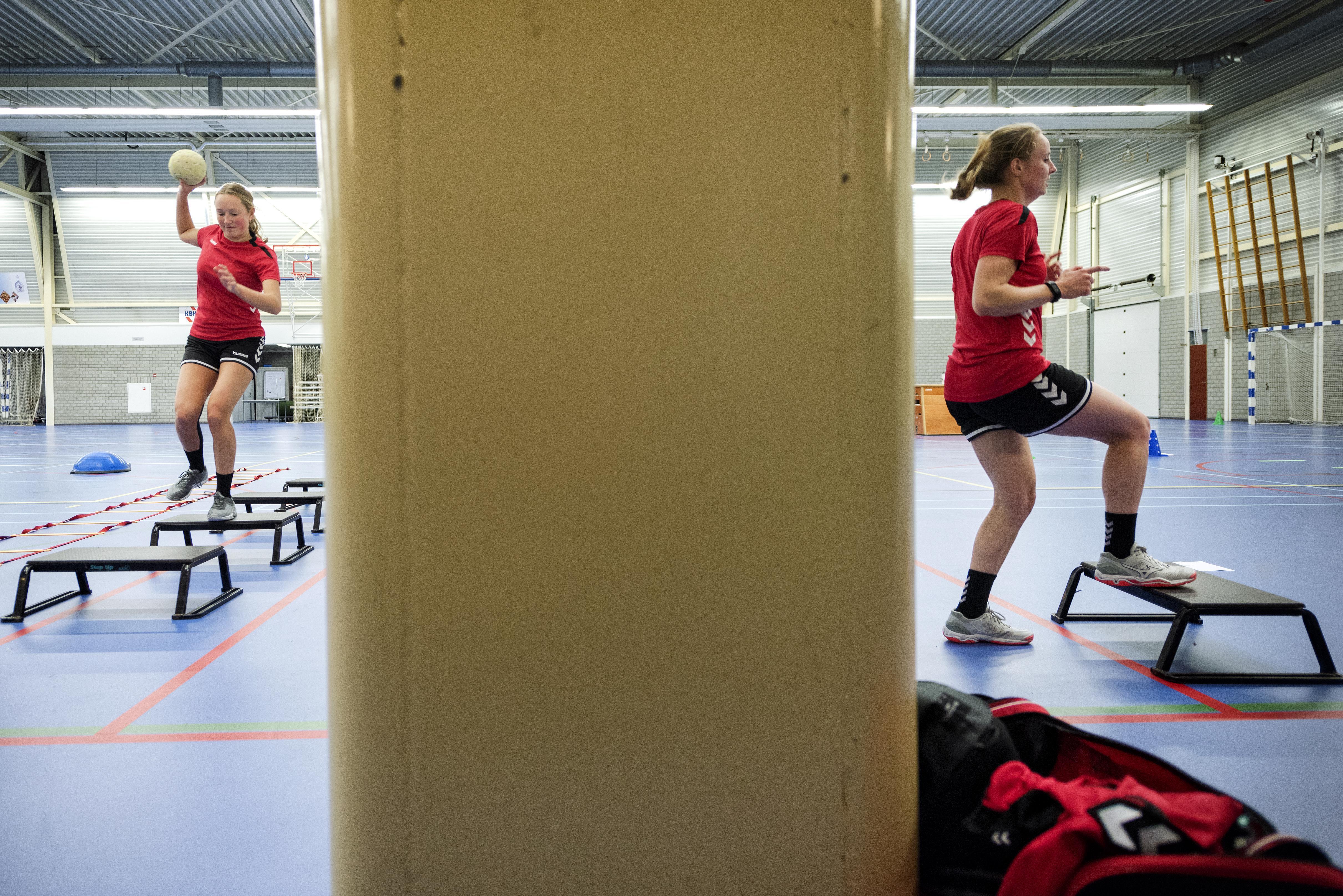 Sporten in tijden van corona: volwassen handbalsters van selectie DSS gescheiden van jongeren door 'ijzeren gordijn'