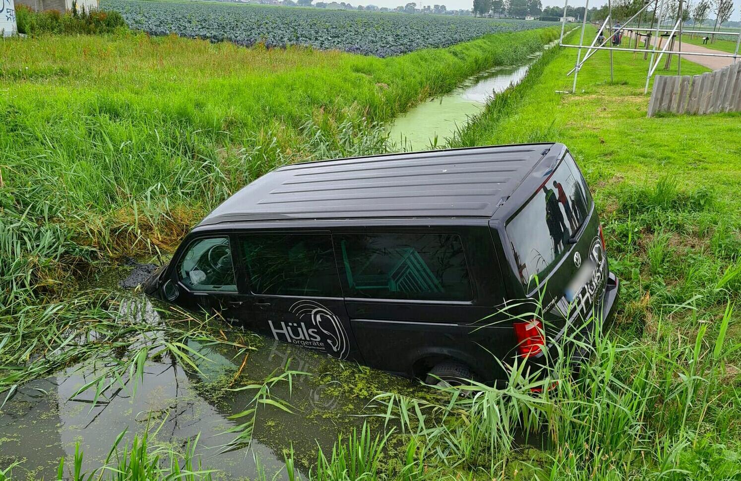 Vakantie in water gevallen: Duitser rijdt met busje sloot in bij inrit vakantiepark in Berkhout