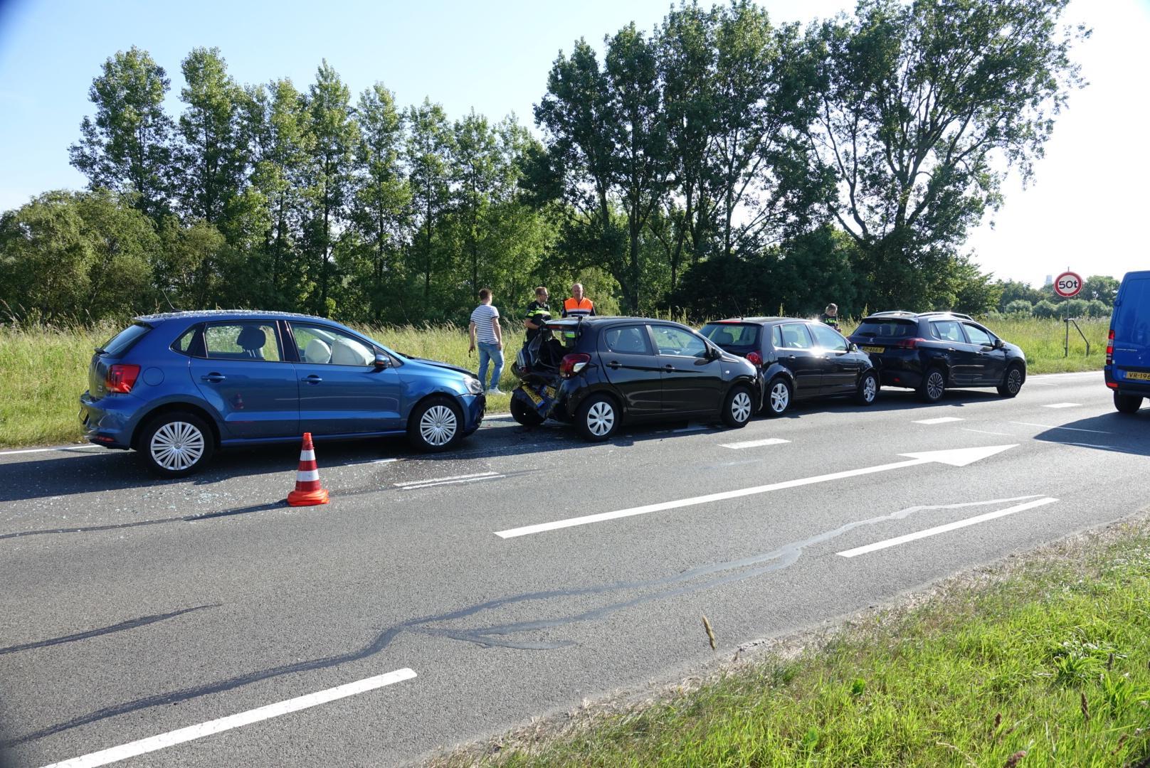 Gewonde en veel schade bij kop-staartbotsing op de N203 in Krommenie