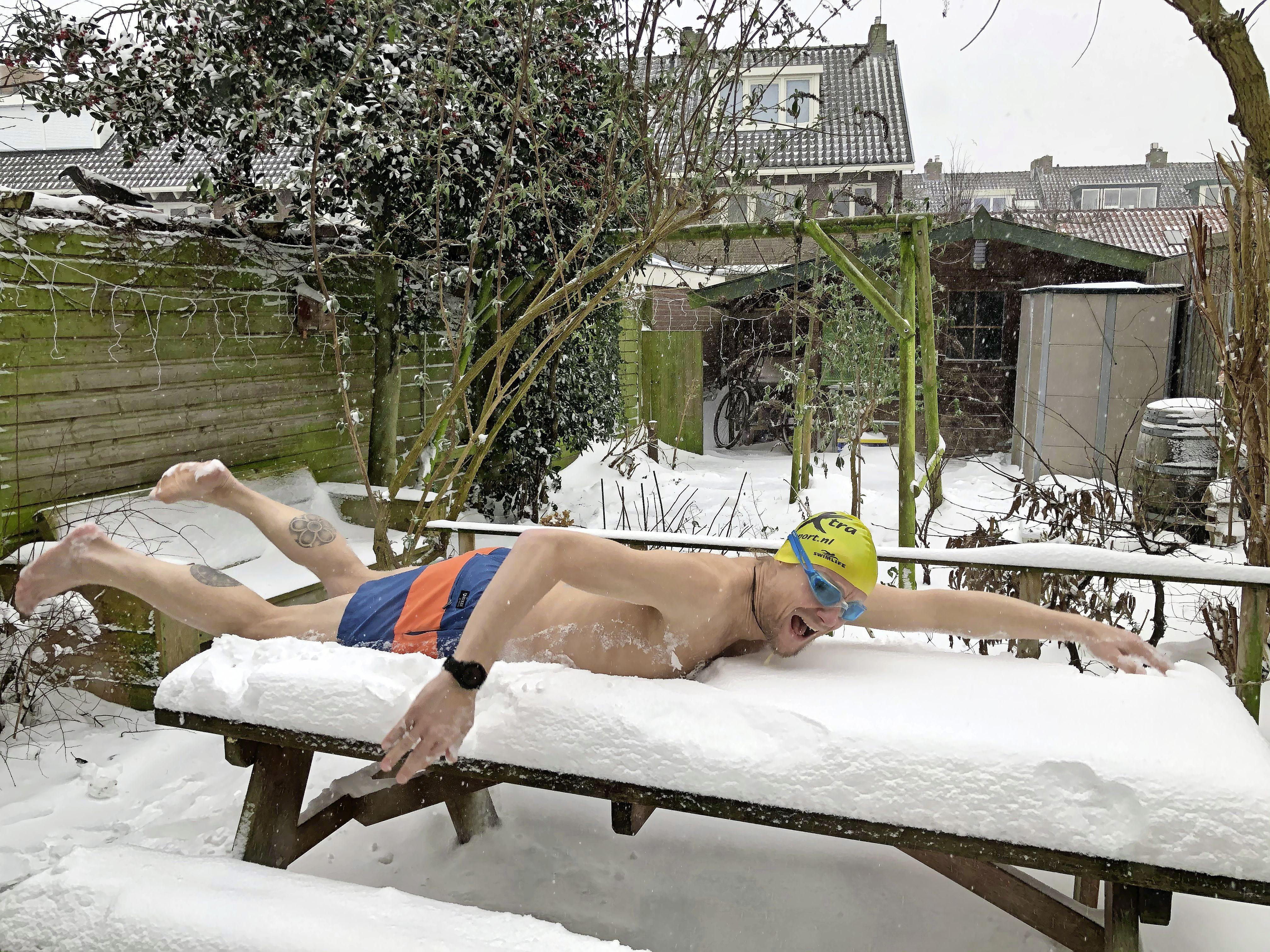 'Snowchallenge' van Haarlemse zwemmers blijkt dikke hit op social media: 'Met een kleine aanloop dook ik zó op de tuintafel' [video]
