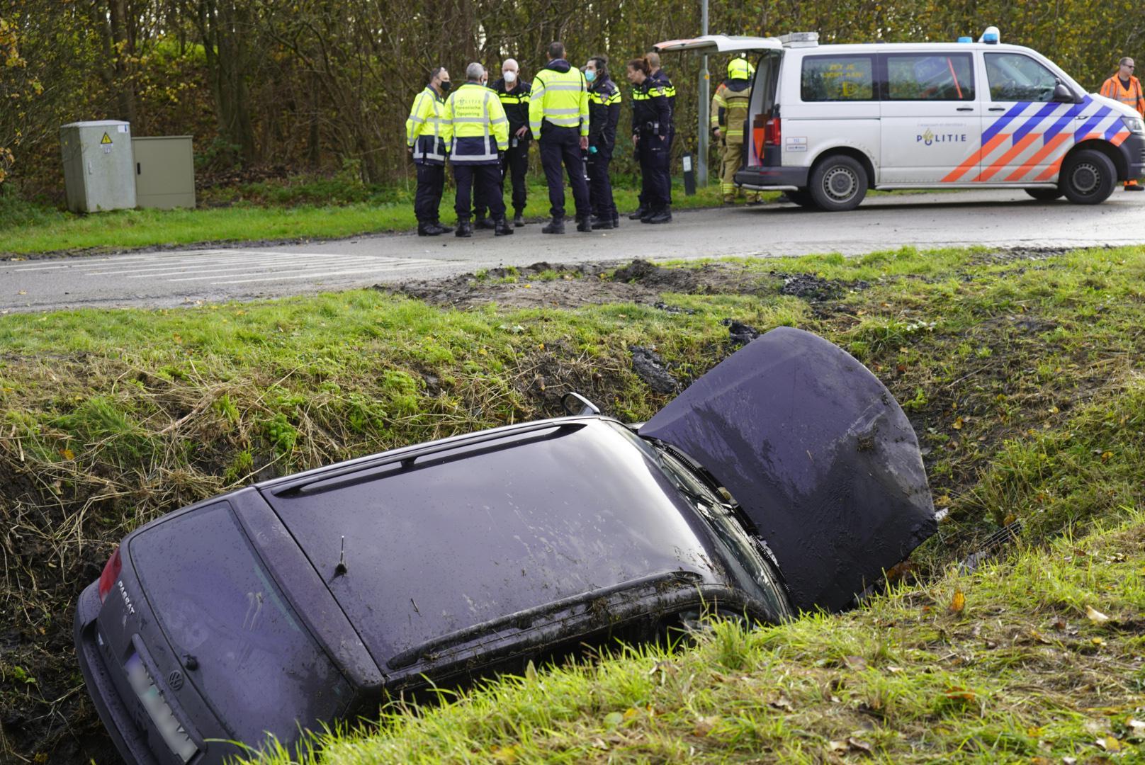 Auto vliegt uit bocht en komt in sloot terecht in Middenmeer [video]