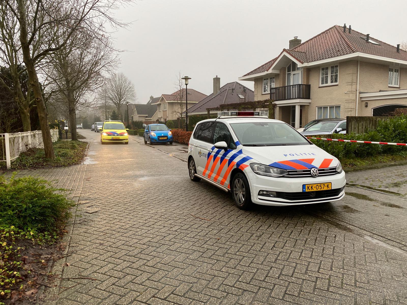 Vrouw neergestoken in woning in Grootebroek, mogelijk ook kinderen gewond. Politie treft dader aan met mes in handen en lost schot