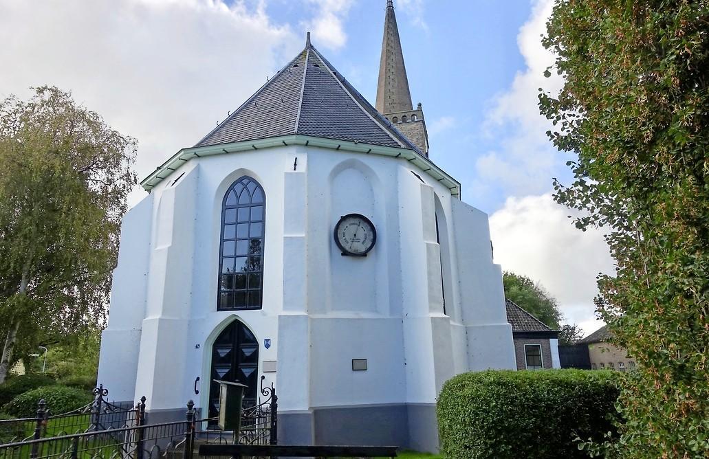 Chris van Saarloos (84) hoopte het Witte Kerkje in Abbekerk nieuw leven in te blazen, maar hij heeft de hoop opgegeven. 'Het is nu echt een rommeltje binnen, er gebeurt helemaal niks'