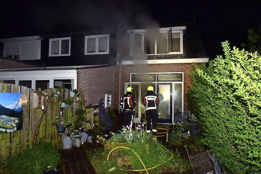 Inwoner Zoeterwoude van dak brandend huis gered [update]