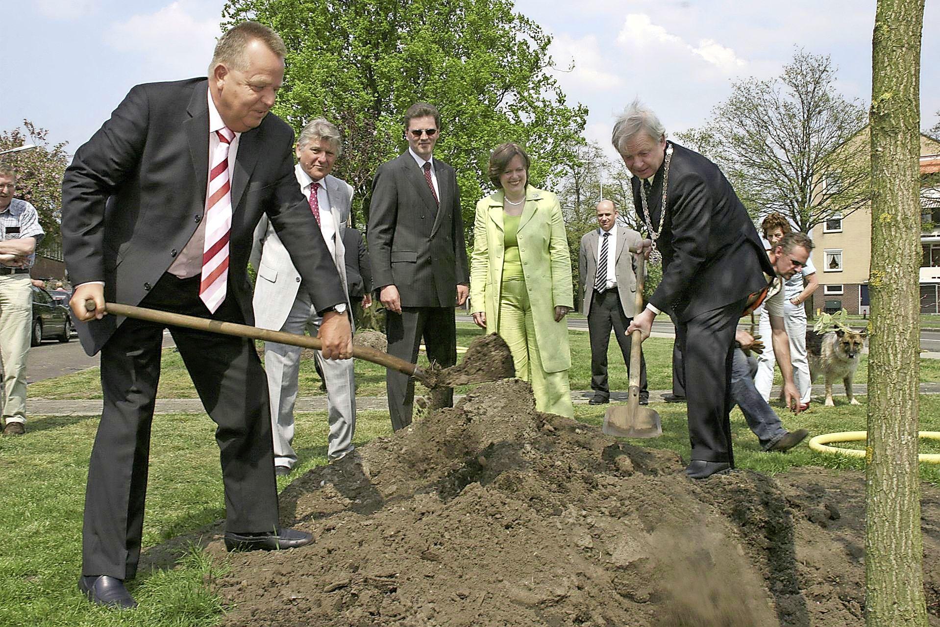Welke oud-wethouder heeft de hoogste? Democraten Hilversum informeert naar de stand van de 'uitzwaaibomen'