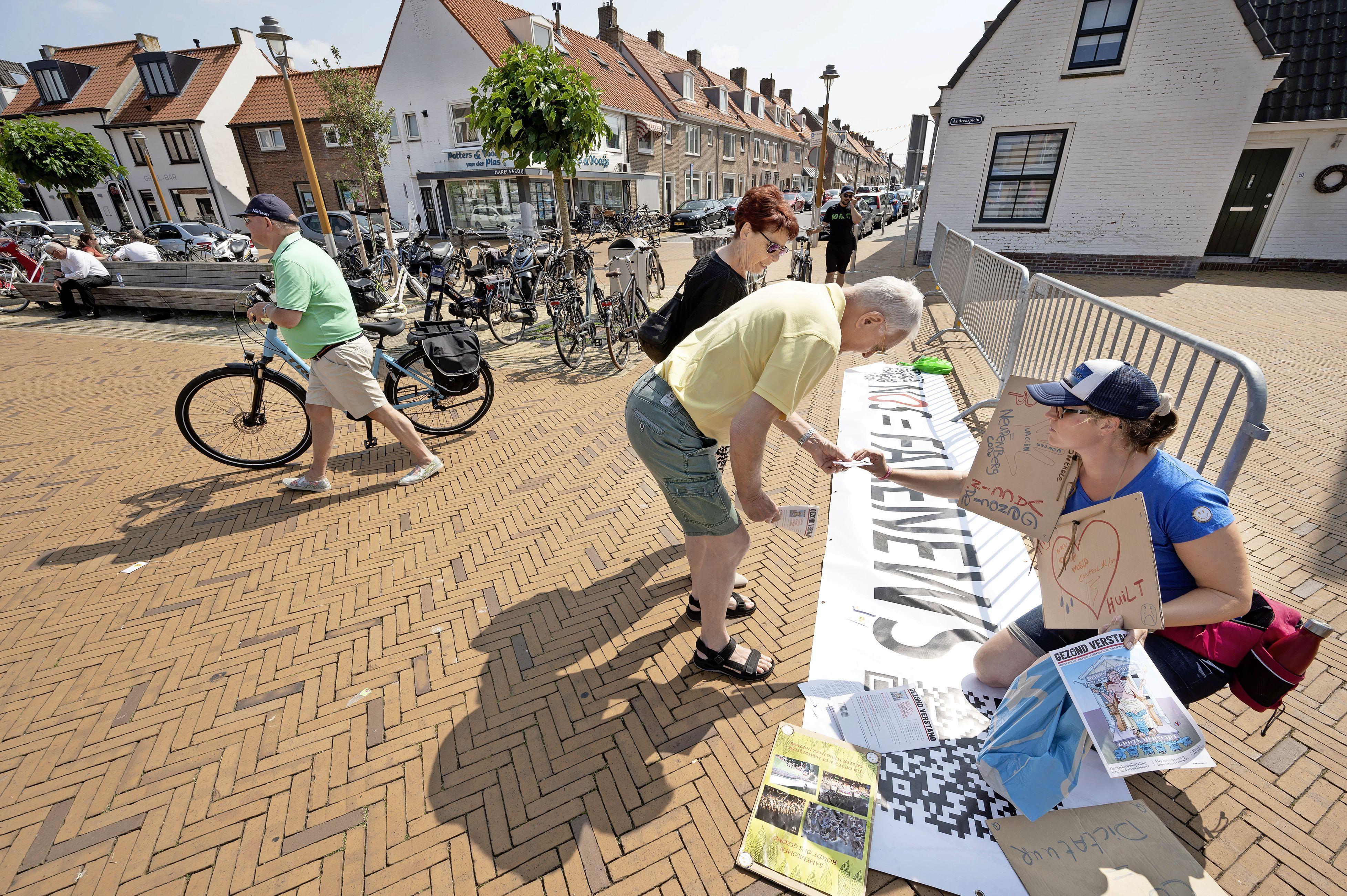 'Coronademonstranten' bij GGD-prikbus in Katwijk wekken verbazing, gemeente gedoogt de demonstratie van vijf man sterk