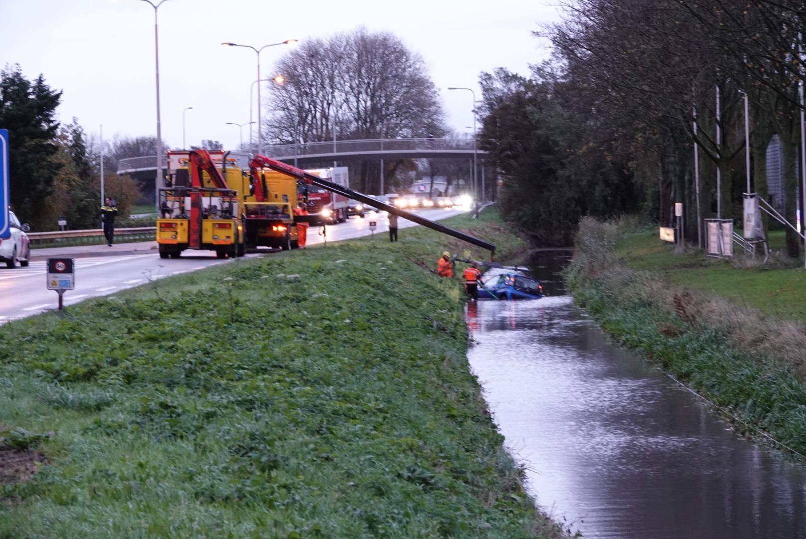 Auto te water na botsing met vrachtwagen op N242 bij Broek op Langedijk