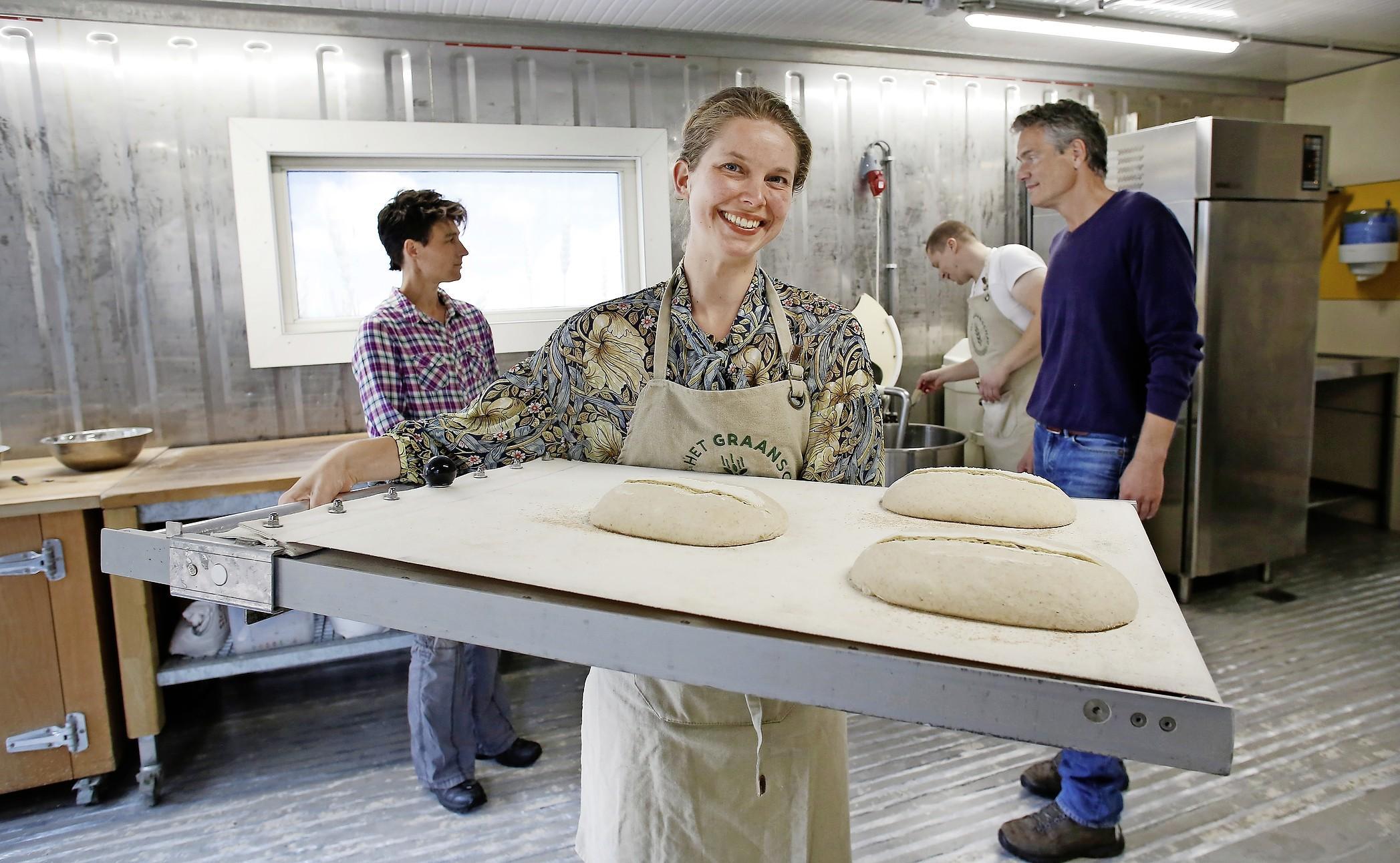 Blonde Dame en Volle Glorie van eigen bodem bruin gebakken in Broodlab naast De Groene Afslag. Het Graanschap wil Nederland veroveren vanuit het Gooi