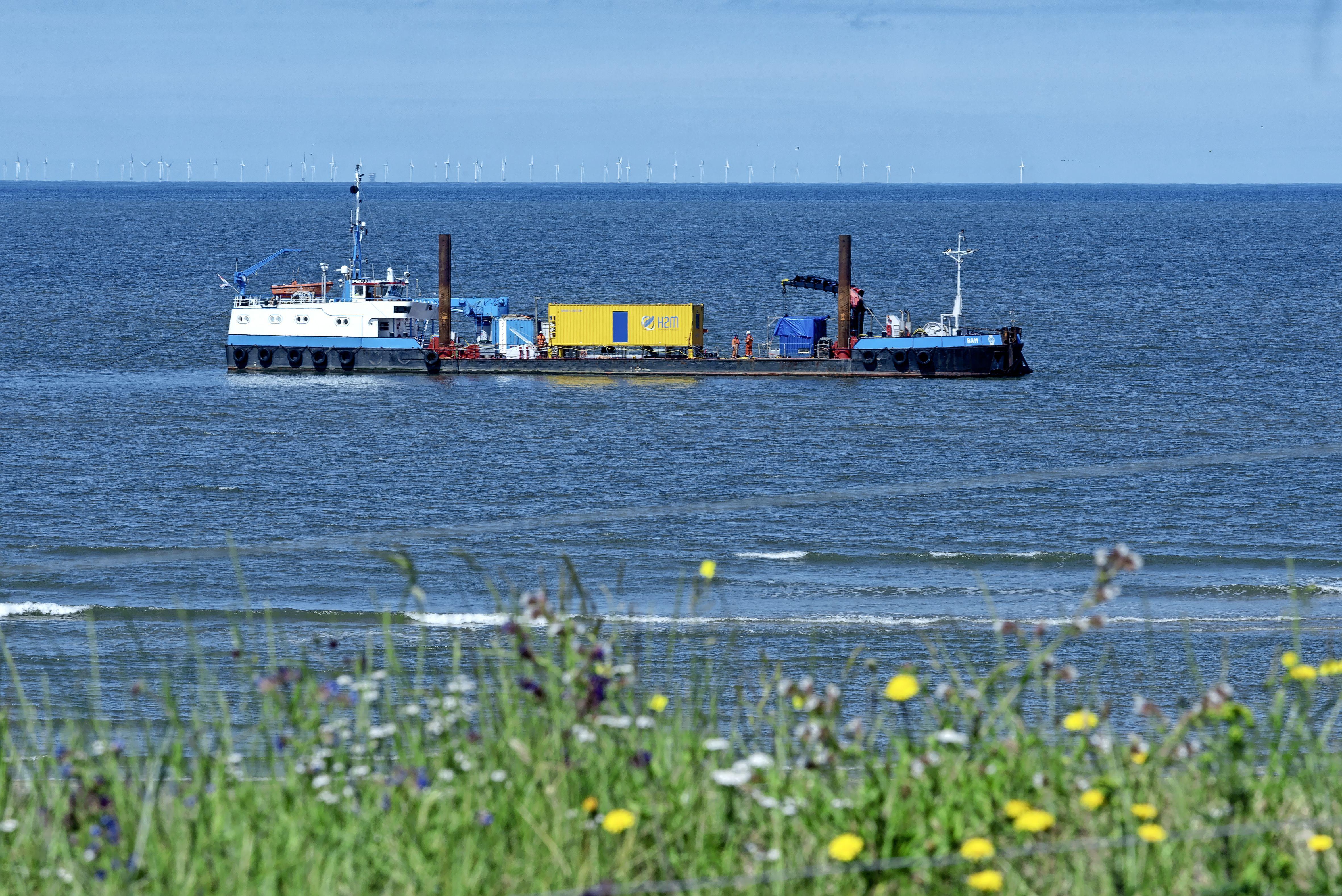 Duikers en robot maken de zeebodem bouwrijp voor de aanleg van stroomkabels. En er ligt veel. 'Een duiker heeft twee granaten uit de Tweede Wereldoorlog gevonden'