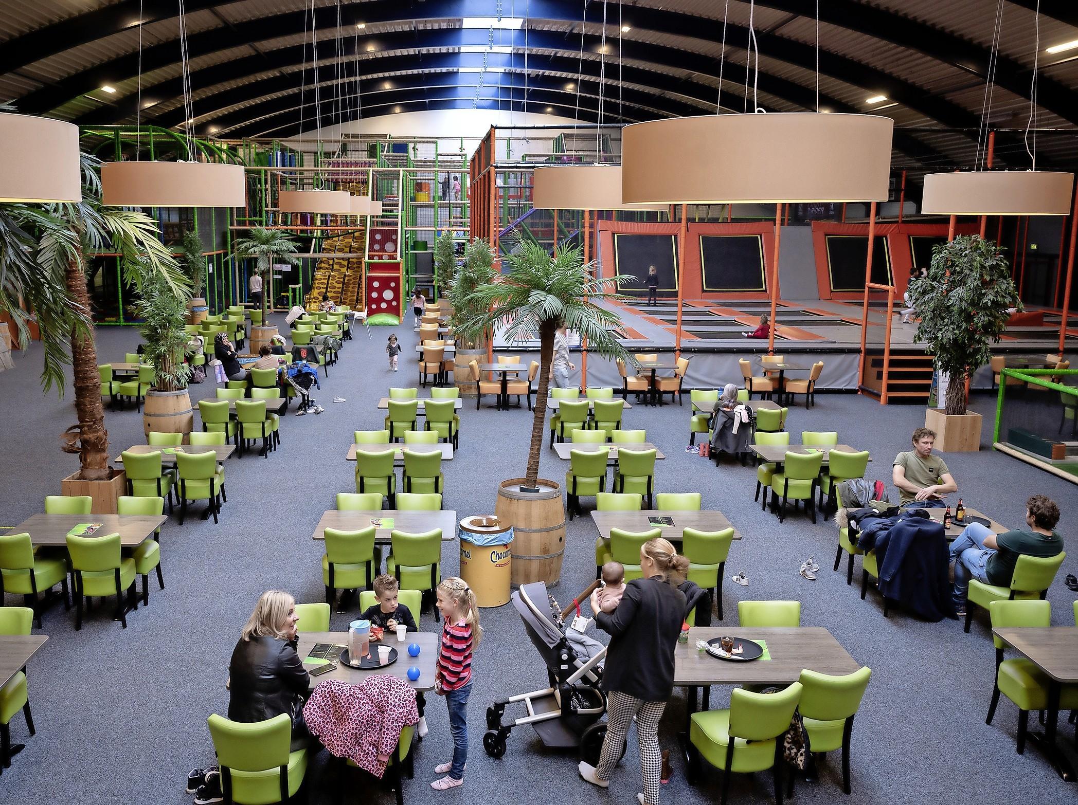Enorme overdekte kinderspeelhallen in Purmerend en Zaandam ogen bizar leeg nu er maximaal dertig kinderen tegelijk binnen mogen zijn