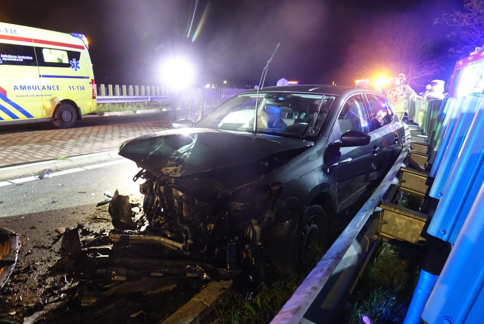 Frontale botsing op Jaagweg in Ilpendam; auto's total loss en twee gewonden