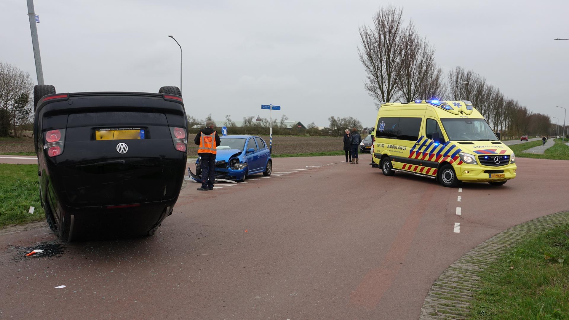 Vrouw gewond naar het ziekenhuis na auto-ongeluk in Zwaagdijk-Oost