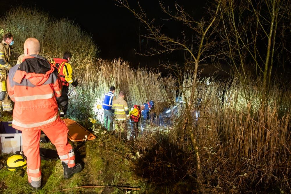 Auto op zijn kop in bosvijver Hilversum, bestuurster meldt zich [update]