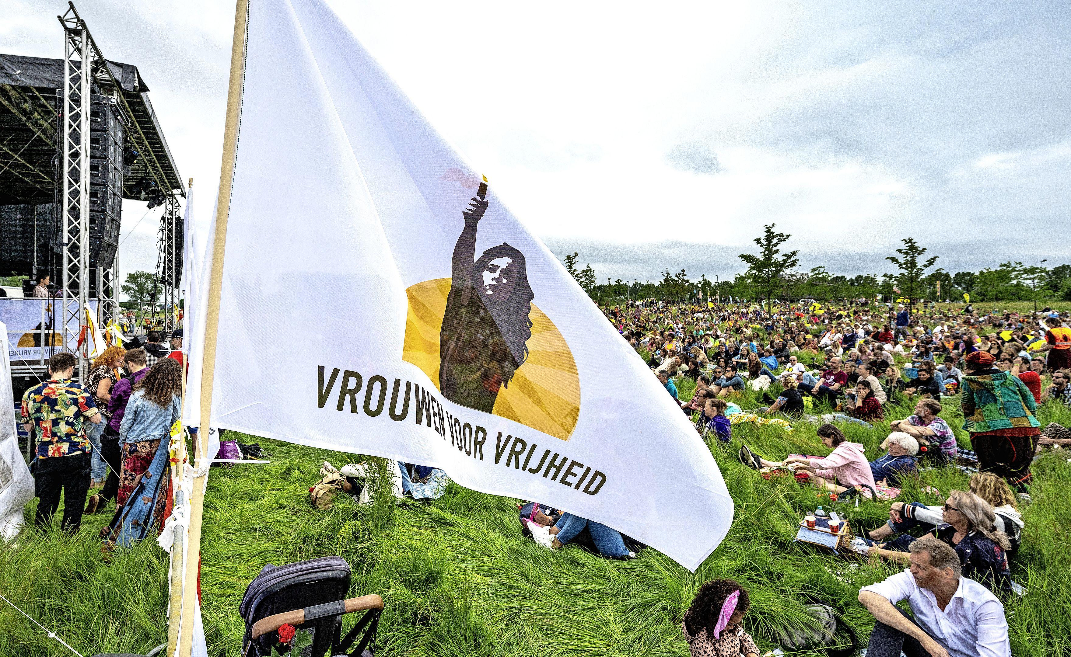 Manifestatie Vrouwen voor Vrijheid verloopt in bijna Woodstock-achtige sfeer. 'Wij zijn niet van de rellen'