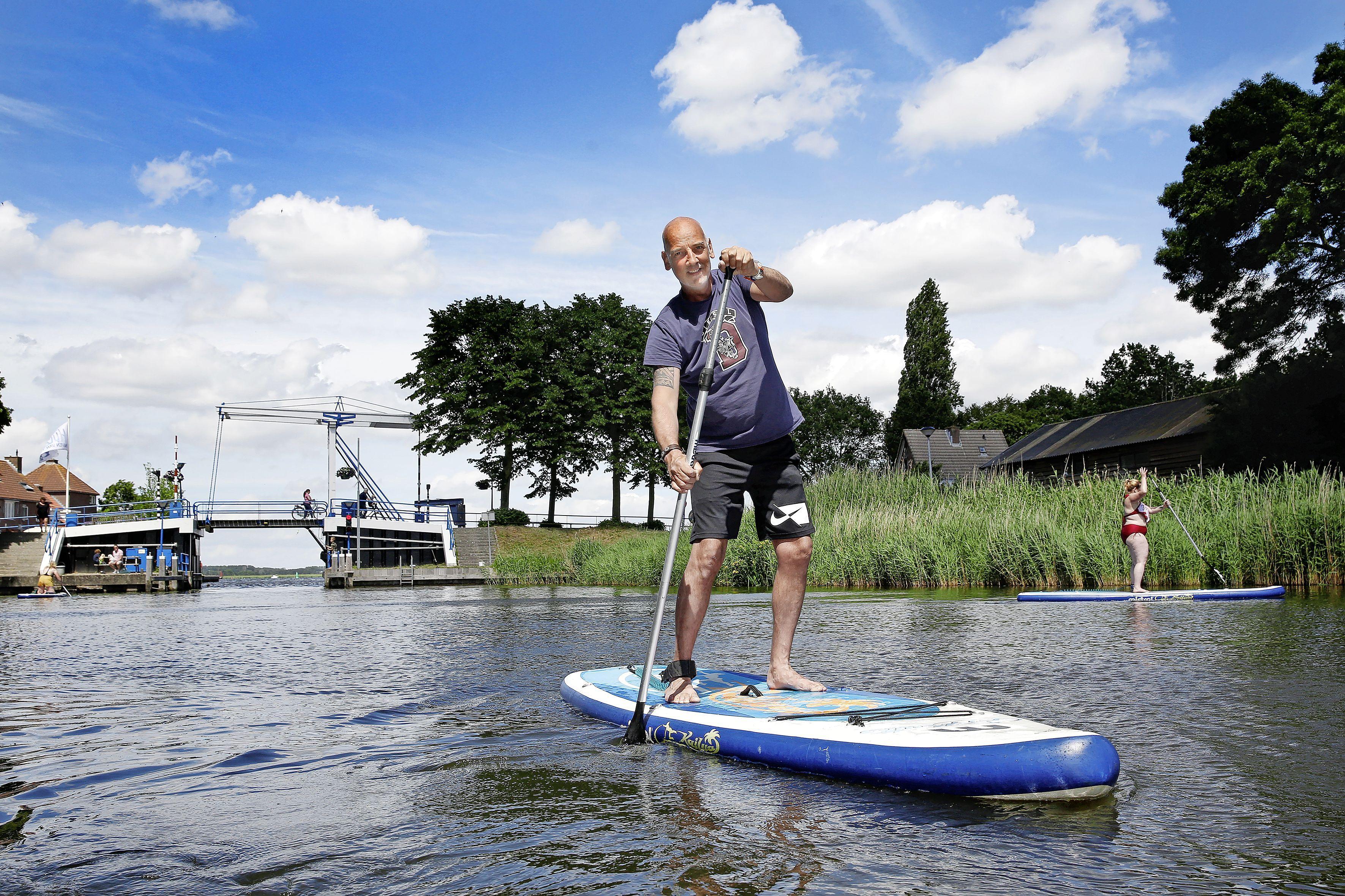Iedereen blij met SUP's in de Aanloophaven van Huizen, maar het mag niet! 'Het past als een zonnetje, maar niet daar en niet zonder vergunning'
