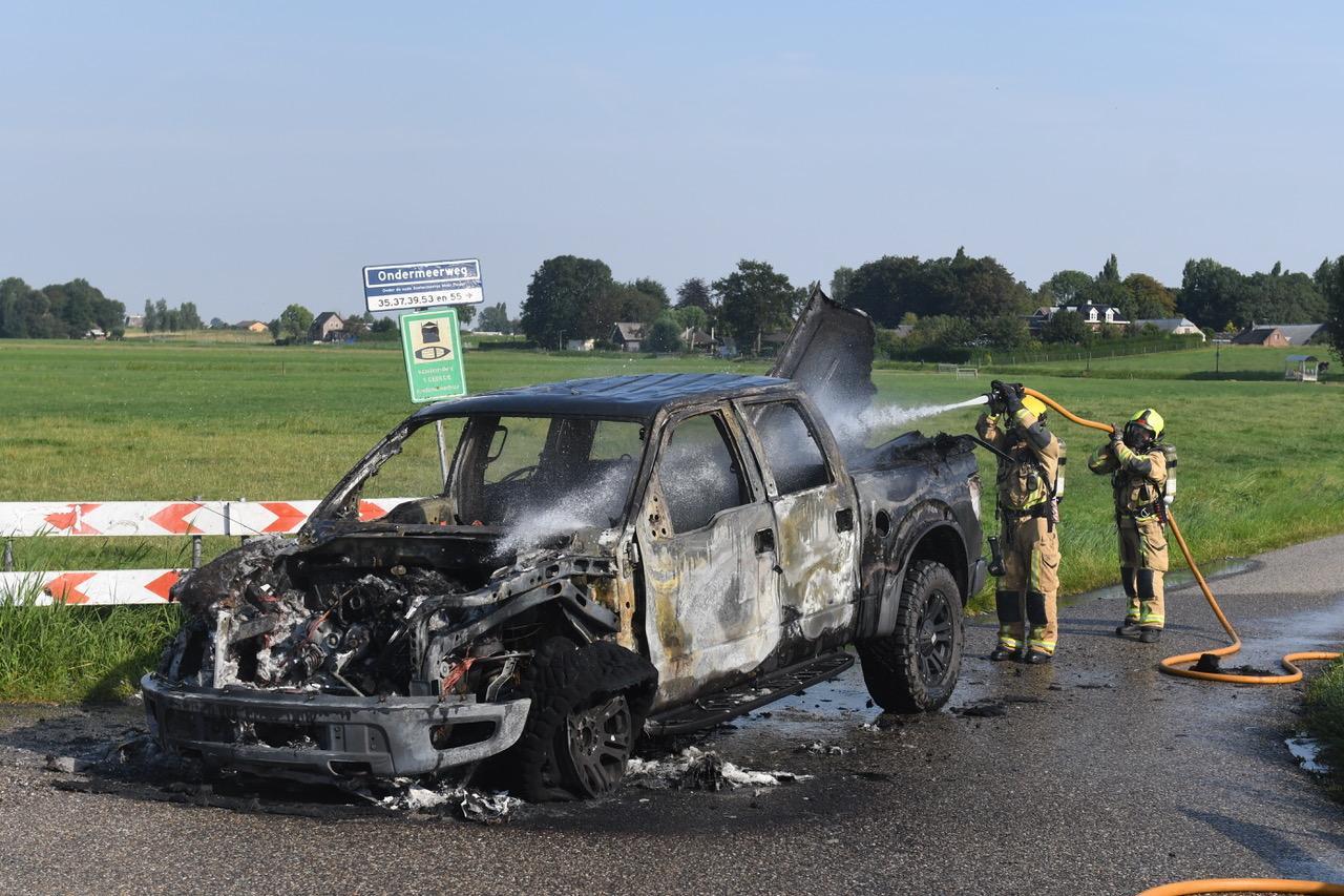 Pick-up uitgebrand op de Ondermeerweg tussen Zoeterwoude en Stompwijk
