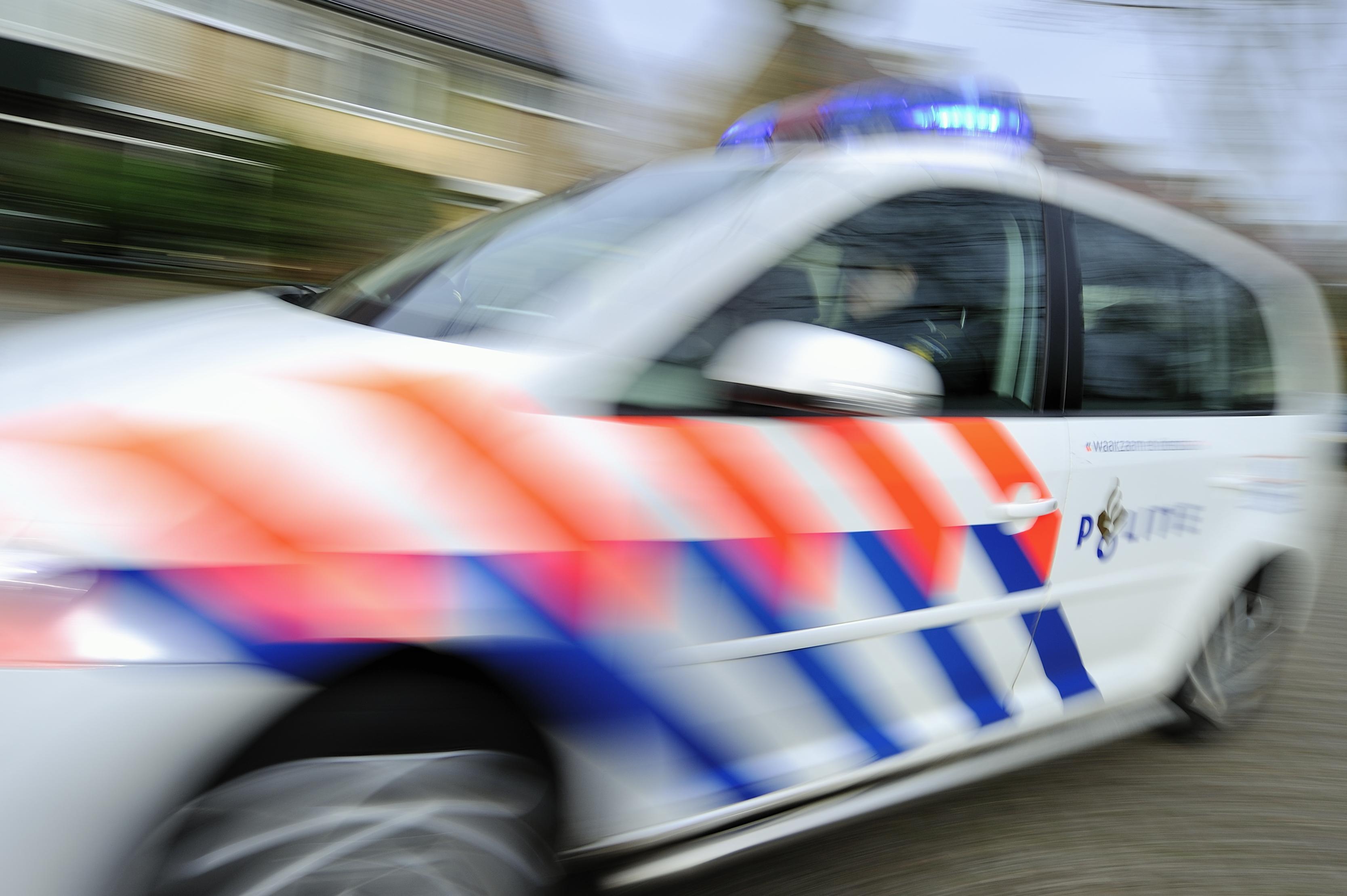 Gestolen auto crasht in Oostzaan na achtervolging politie; twee tieners aangehouden
