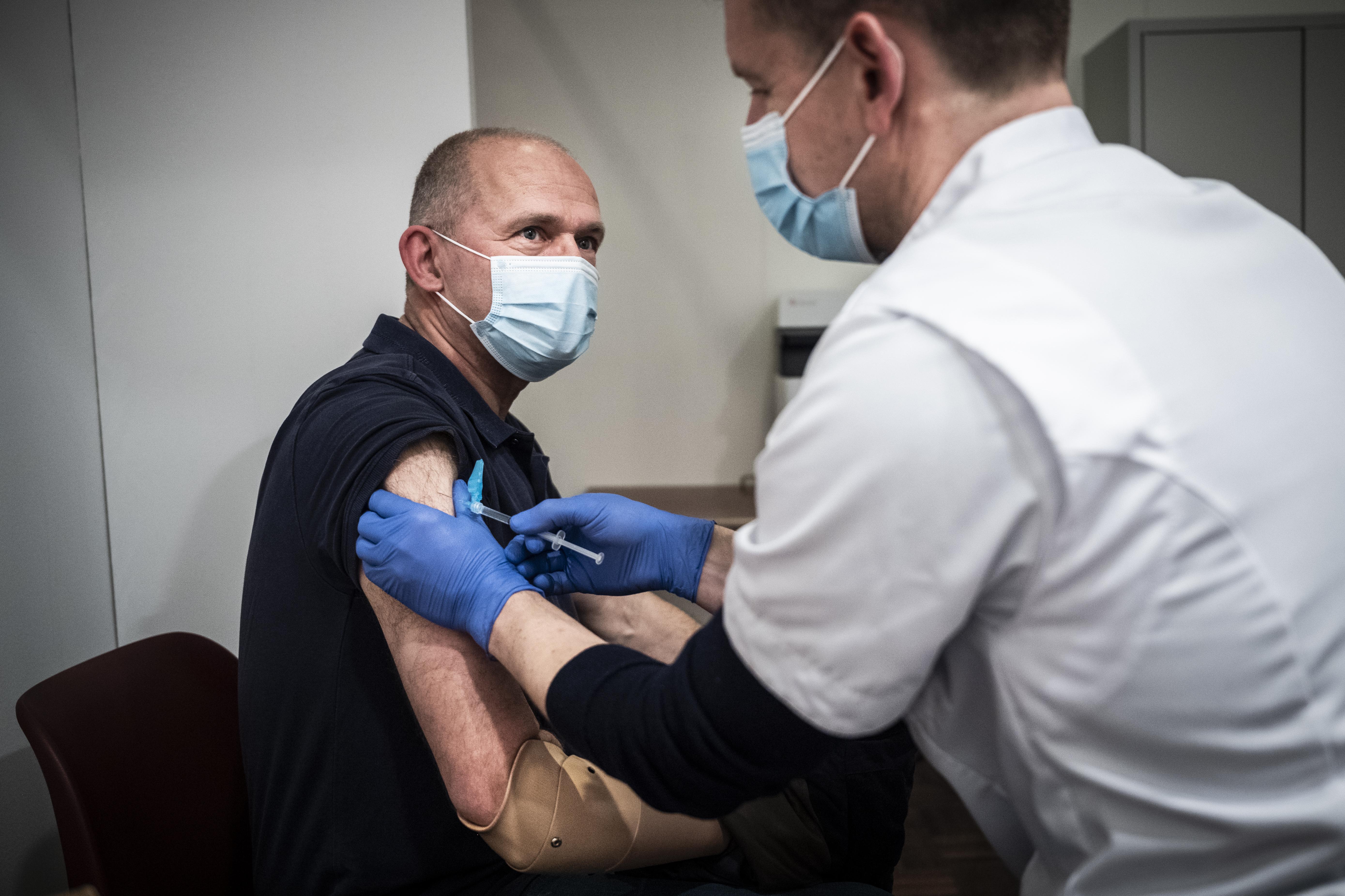 Prikverwarring compleet: gezonde mensen krijgen uitnodiging, ernstig zieken moeten nog wachten