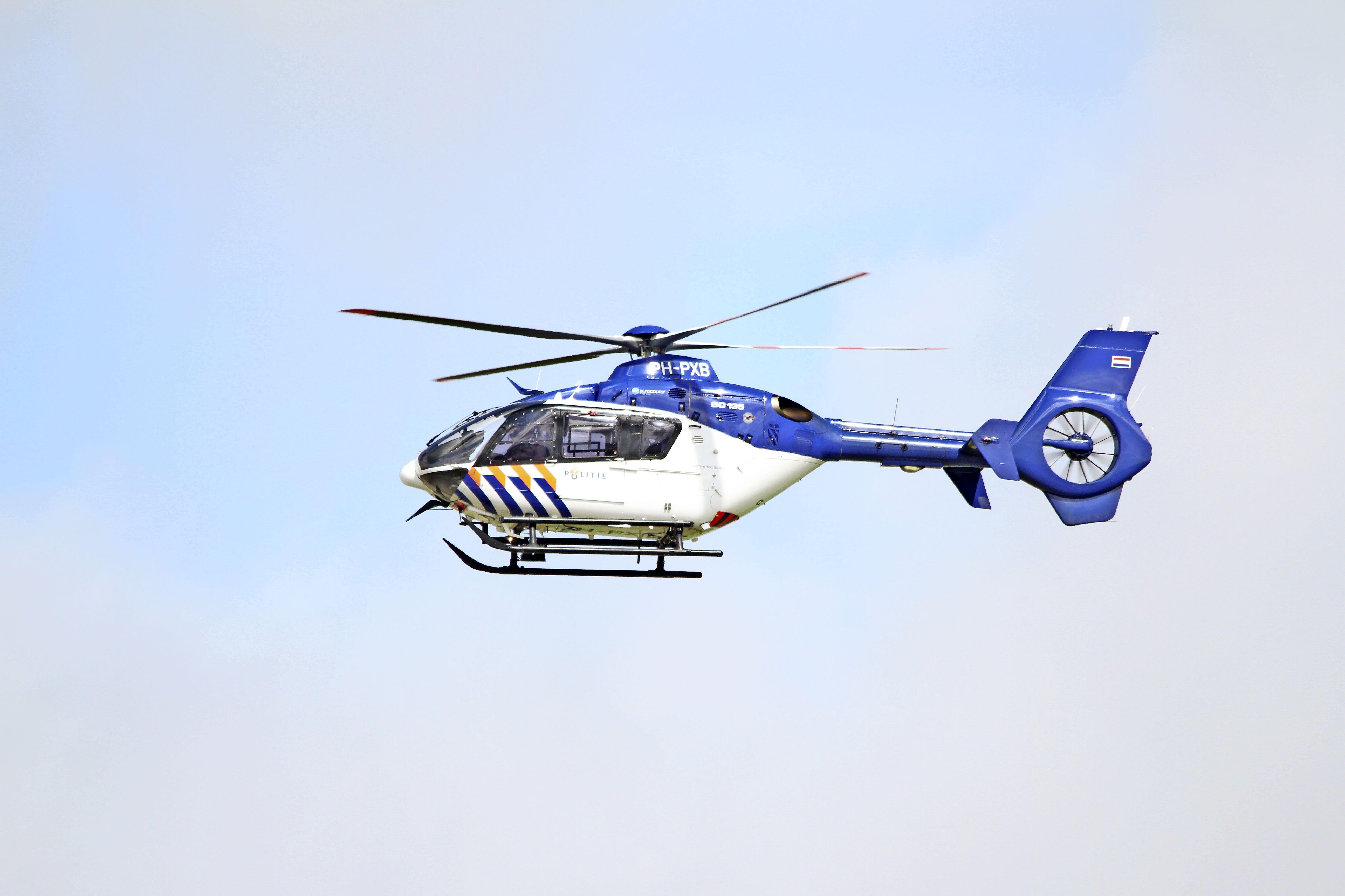Politiehelikopter vliegt al de hele dag laag rondom Texel, vermoedelijk een politie-oefening