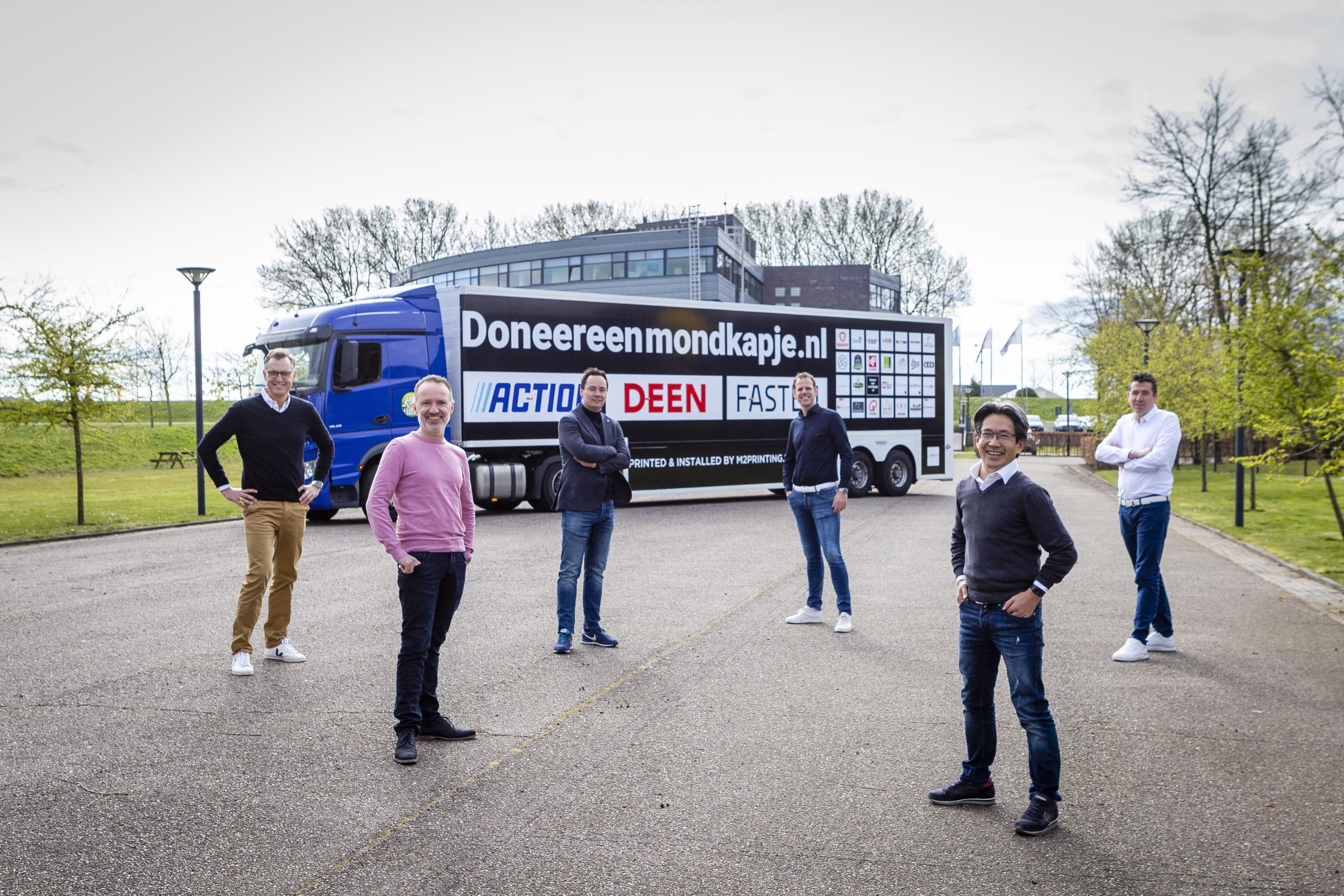 Hoornse ondernemers delen honderdduizend mondkapjes uit