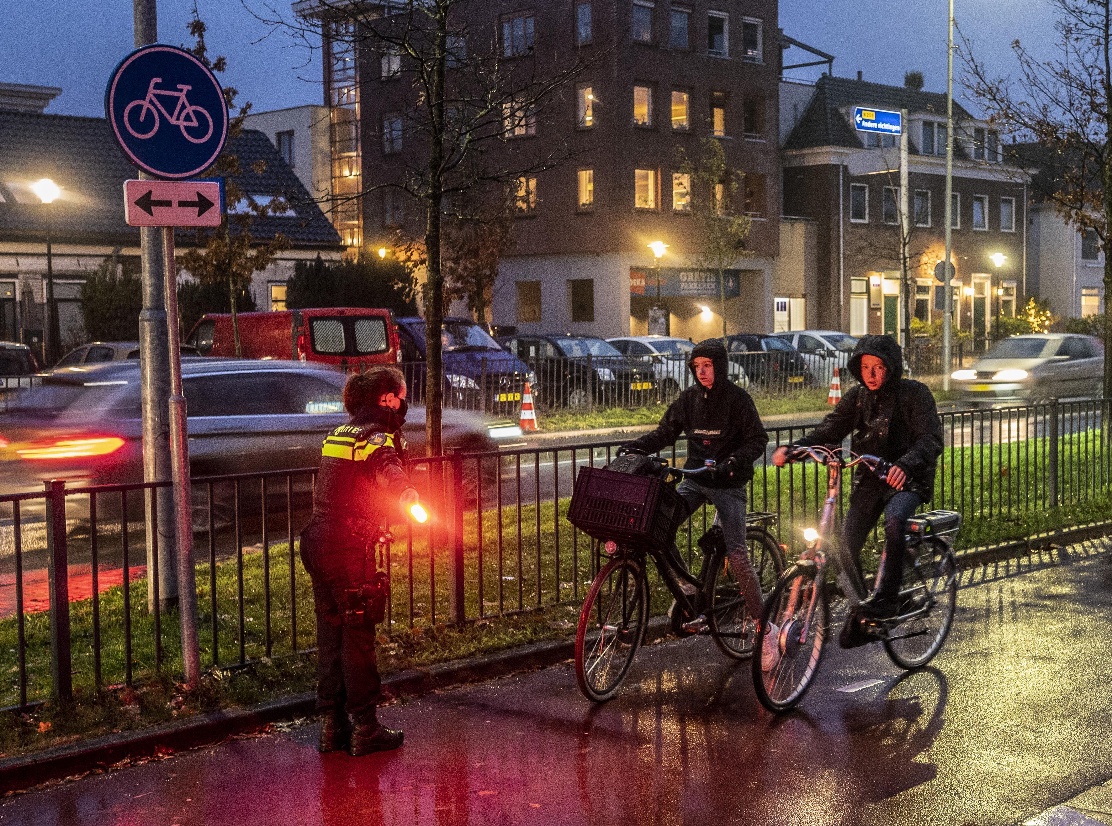 Politie controleert fietsverlichting rond Fioretti College in Hillegom: 'Kunt u die bekeuring even snel doen? Ik heb haast'