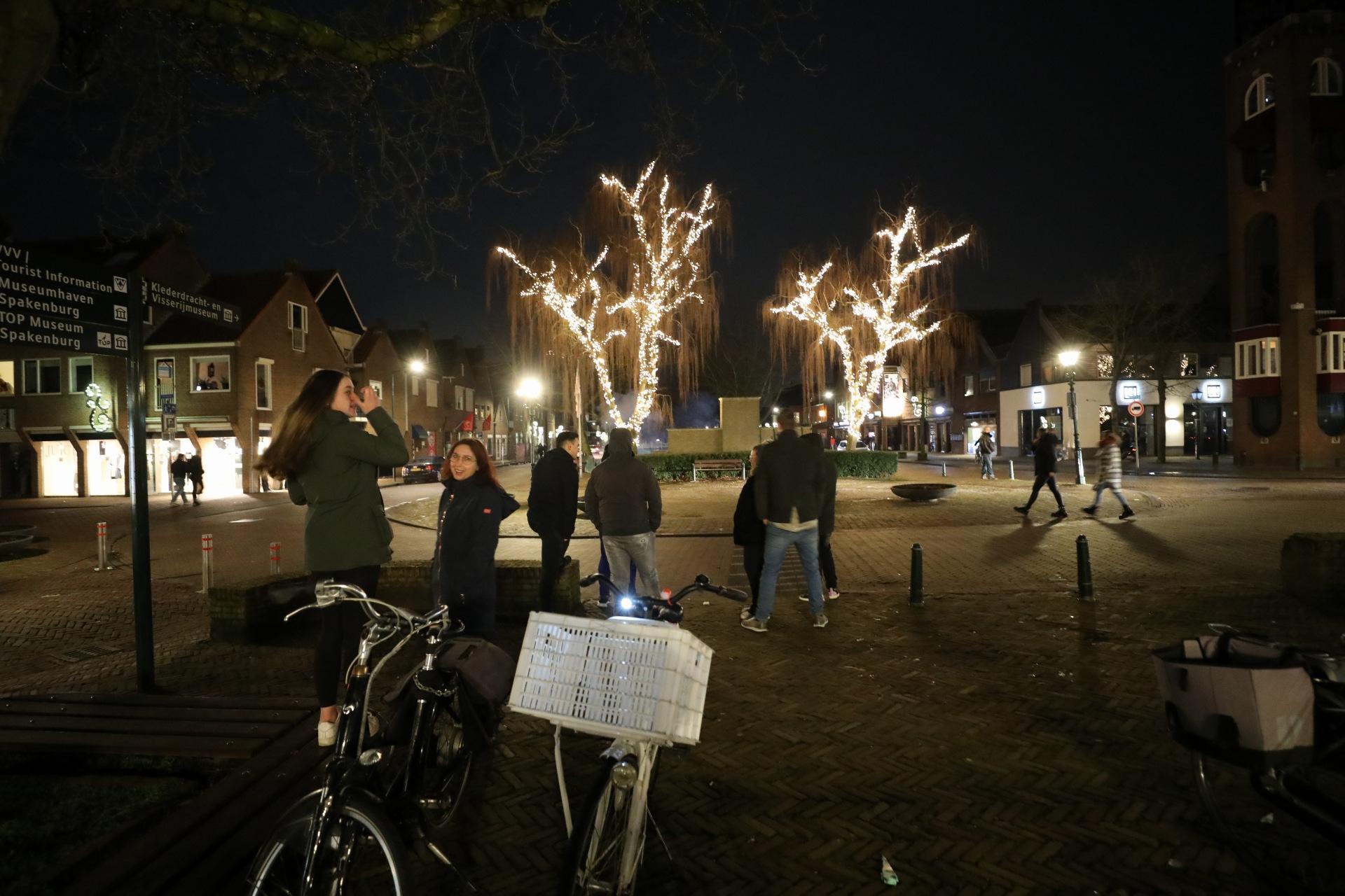 Spakenburgers massaal naar Spuiplein om hun dorp tegen mogelijke rellen en vernielingen te beschermen, onrust bleef uit [update]