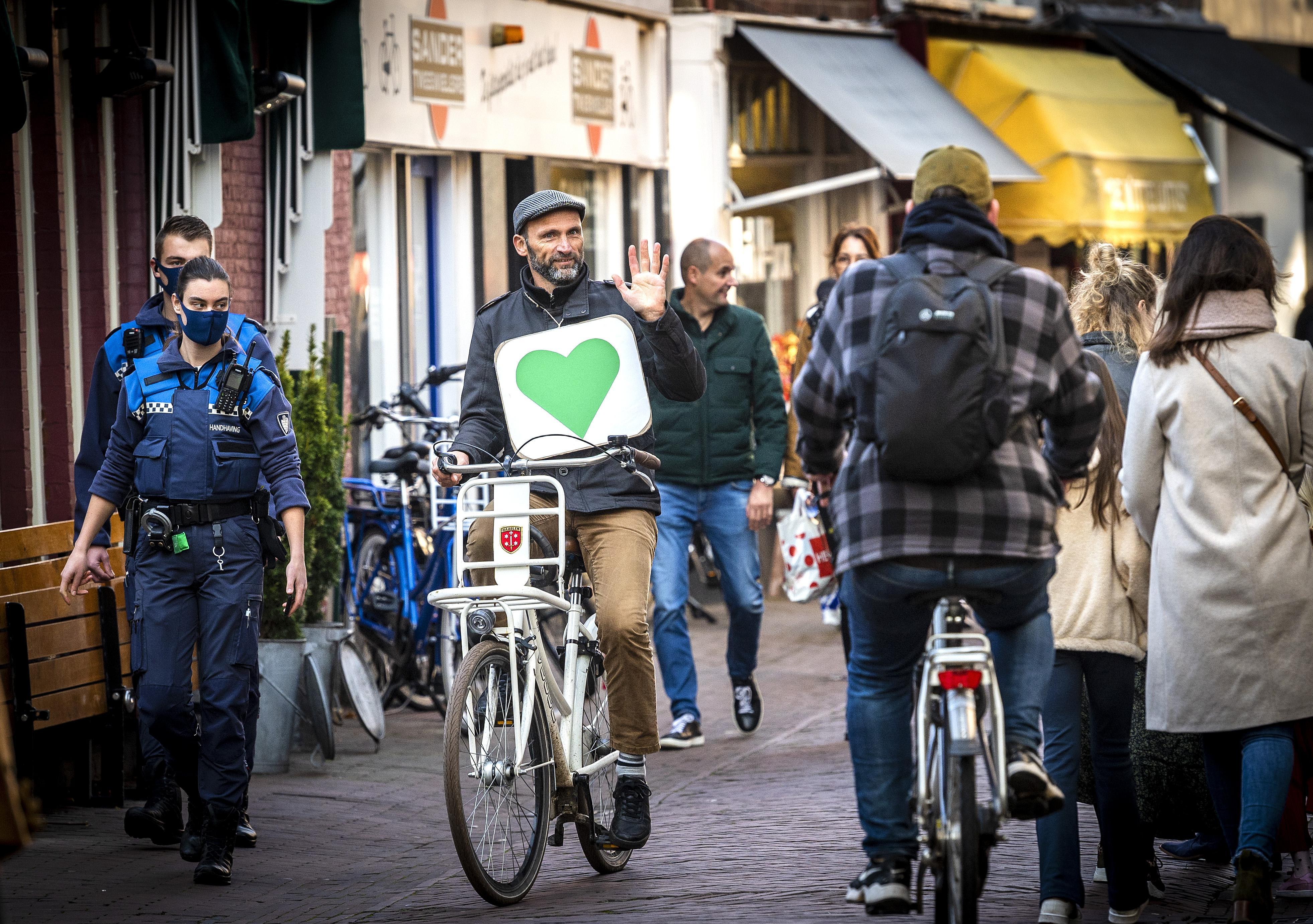 Robbert Zoon fietst met groen hart door Haarlem: 'Bewust in het leven staan en contact maken' [video]