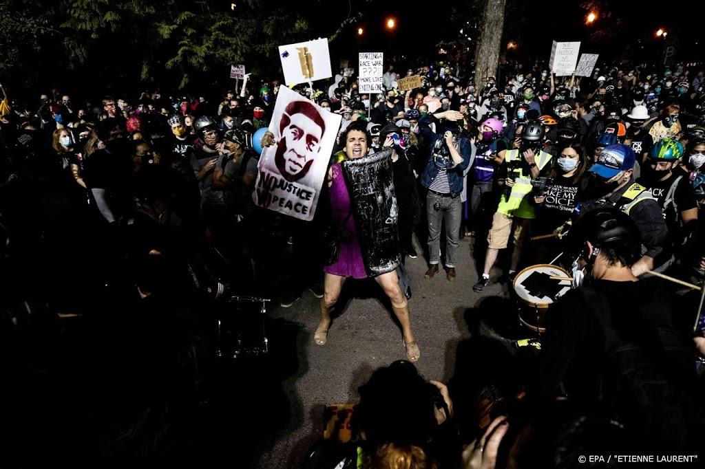 Nieuwe beelden arrestatie George Floyd: 'schiet me niet neer'