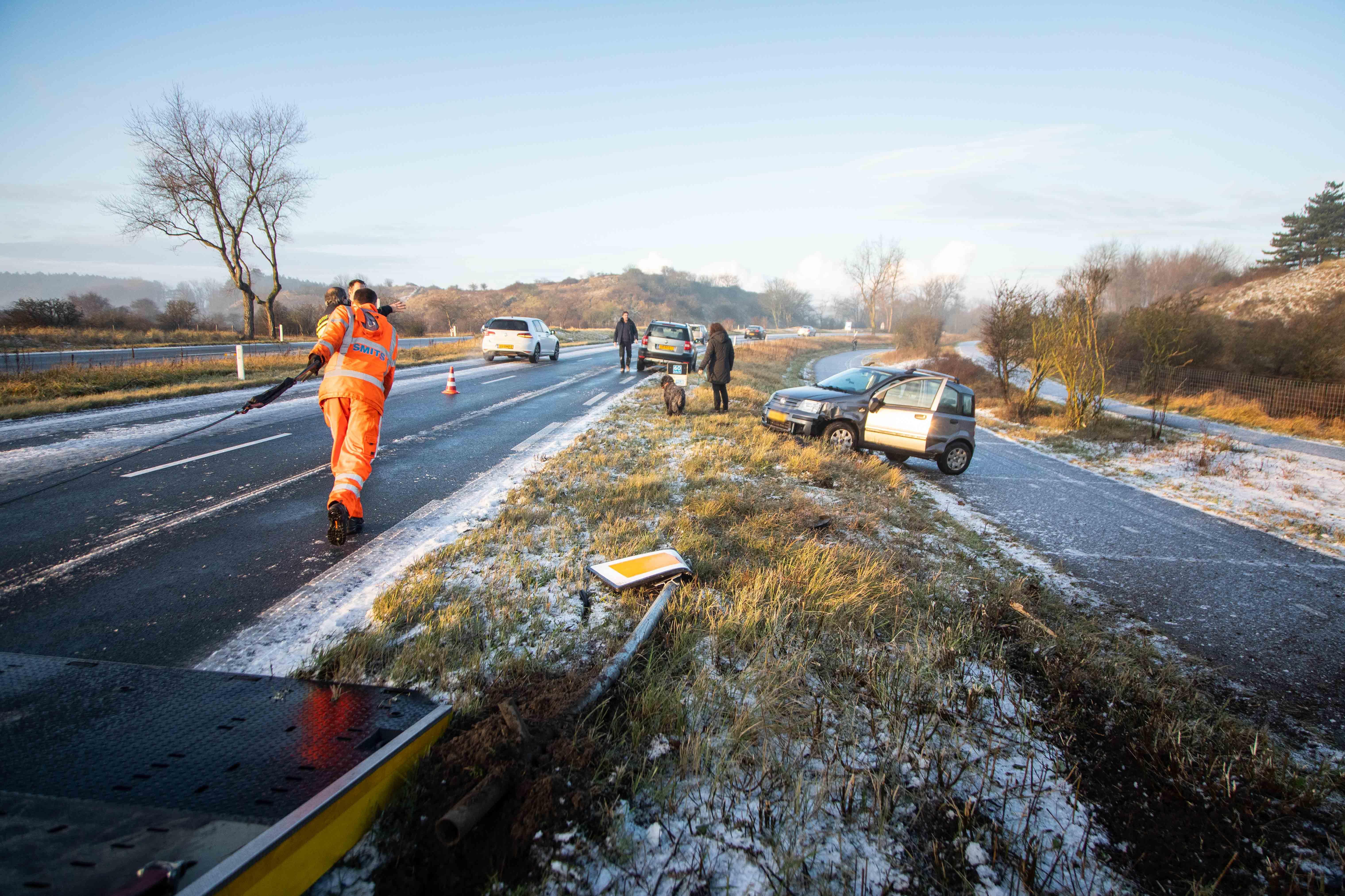 Gladheid zorgt voor ongelukken op de N200 in Overveen