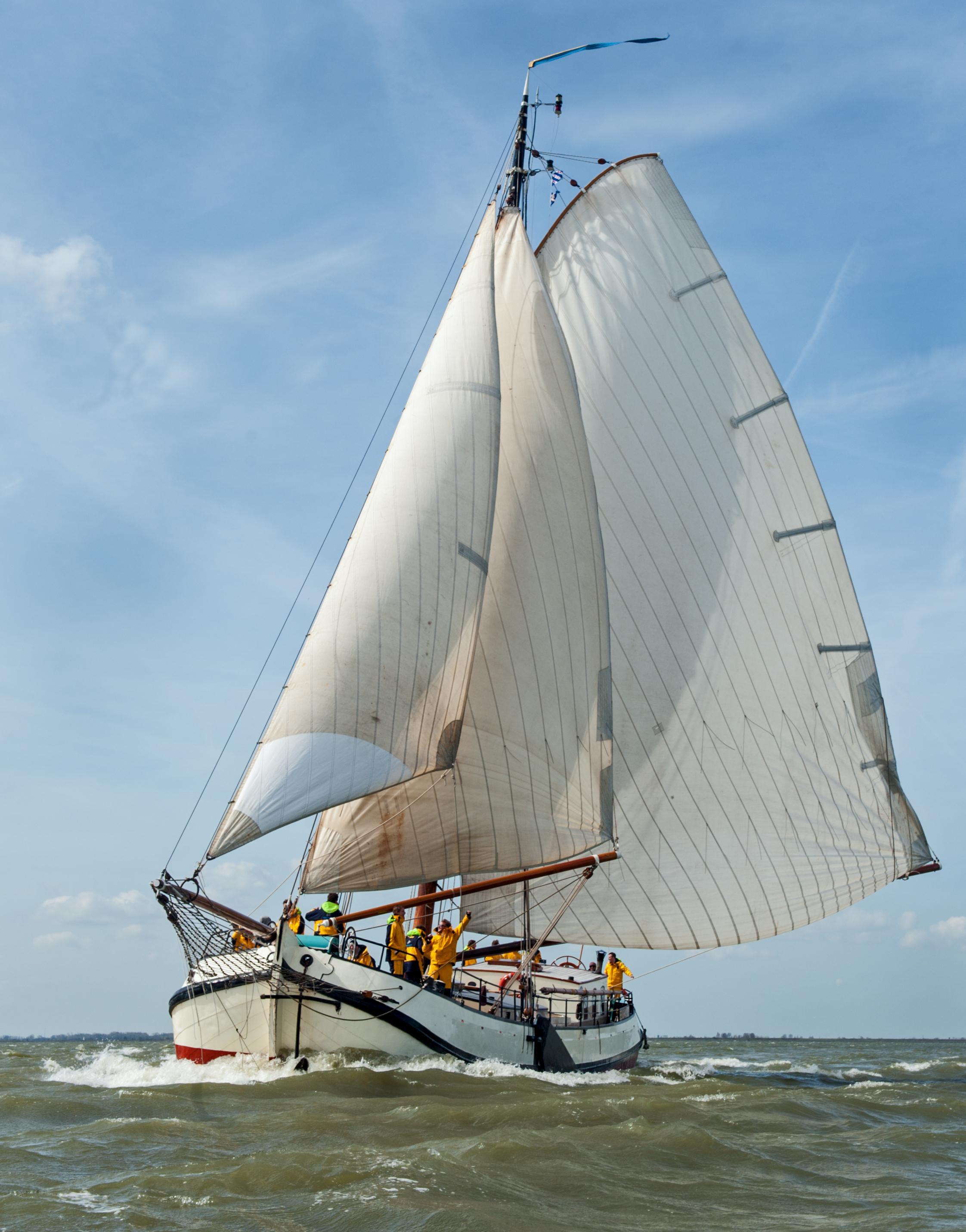 Schipper Maurits Minnaard mag met Enkhuizer tjalk Eendracht ondanks coronacrisis wel zeiltochtjes voor gezinnen verzorgen: 'Zo'n schip hoort gewoon op het water'