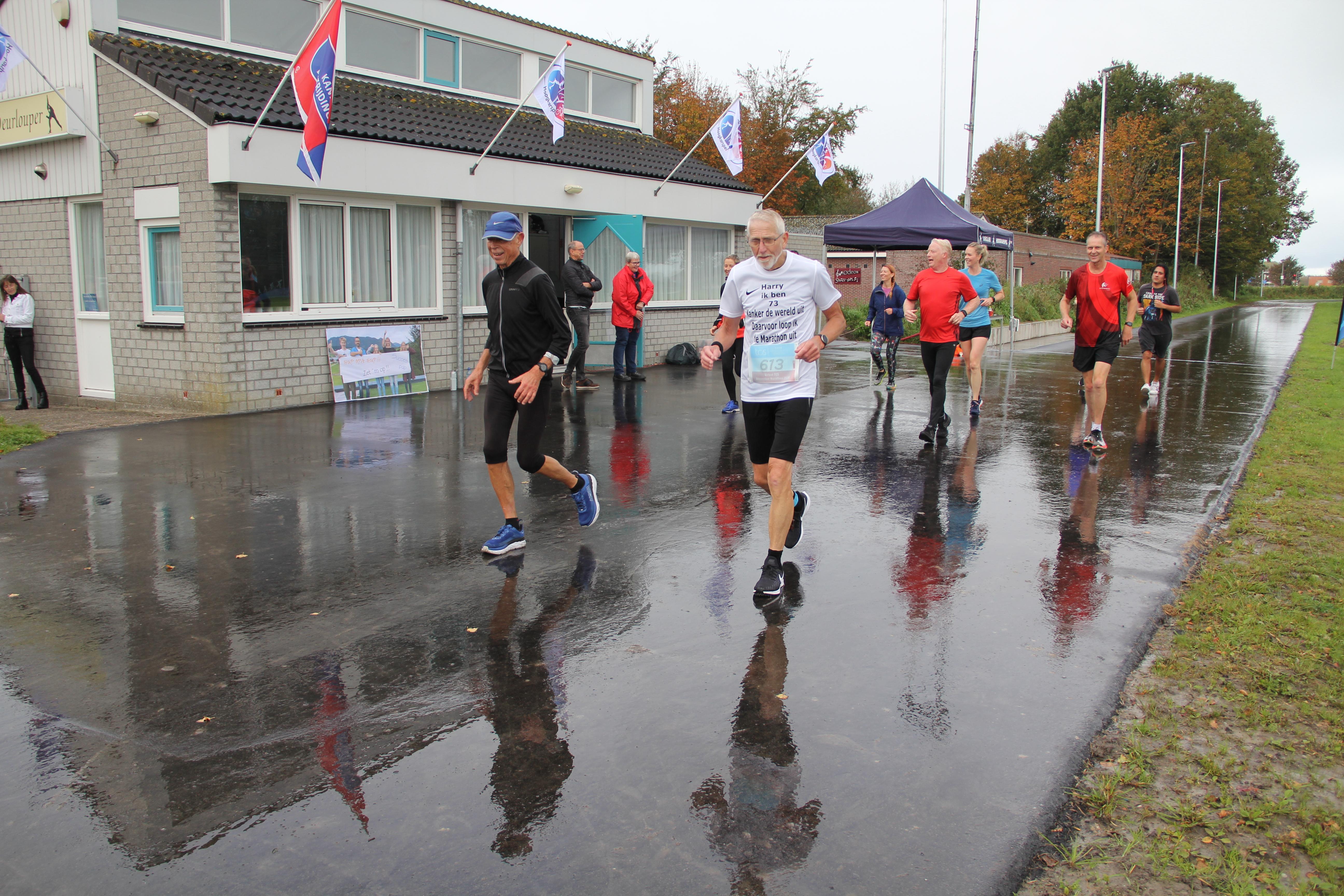 Harry (73) loopt zijn marathon voor KWF uit ondanks kramp en spierpijn, in 5 uur en 9 minuten