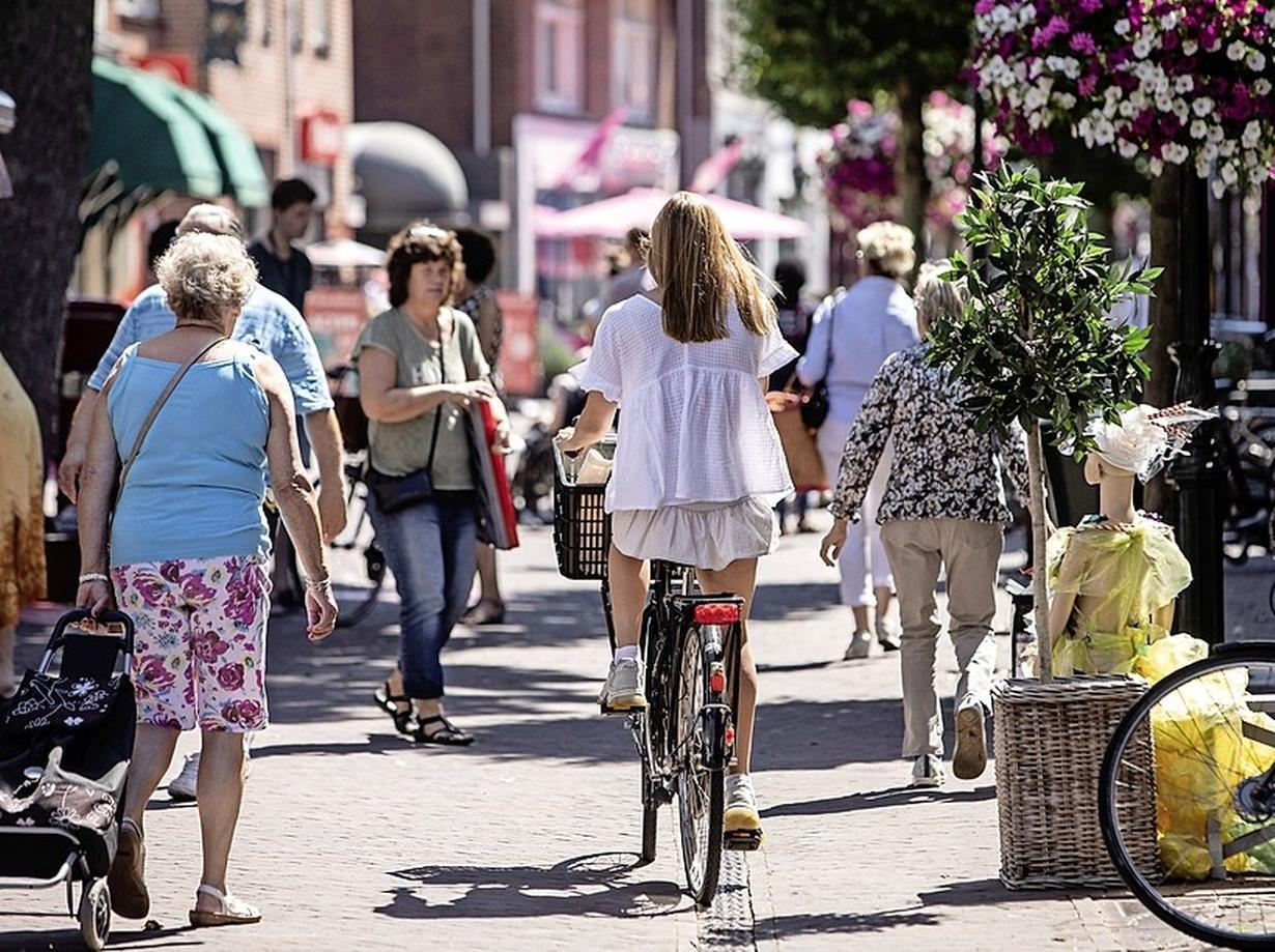 Baarn controleert nu wel op fietsverbod in de Laanstraat: 213 bekeuringen in negen maanden tijd