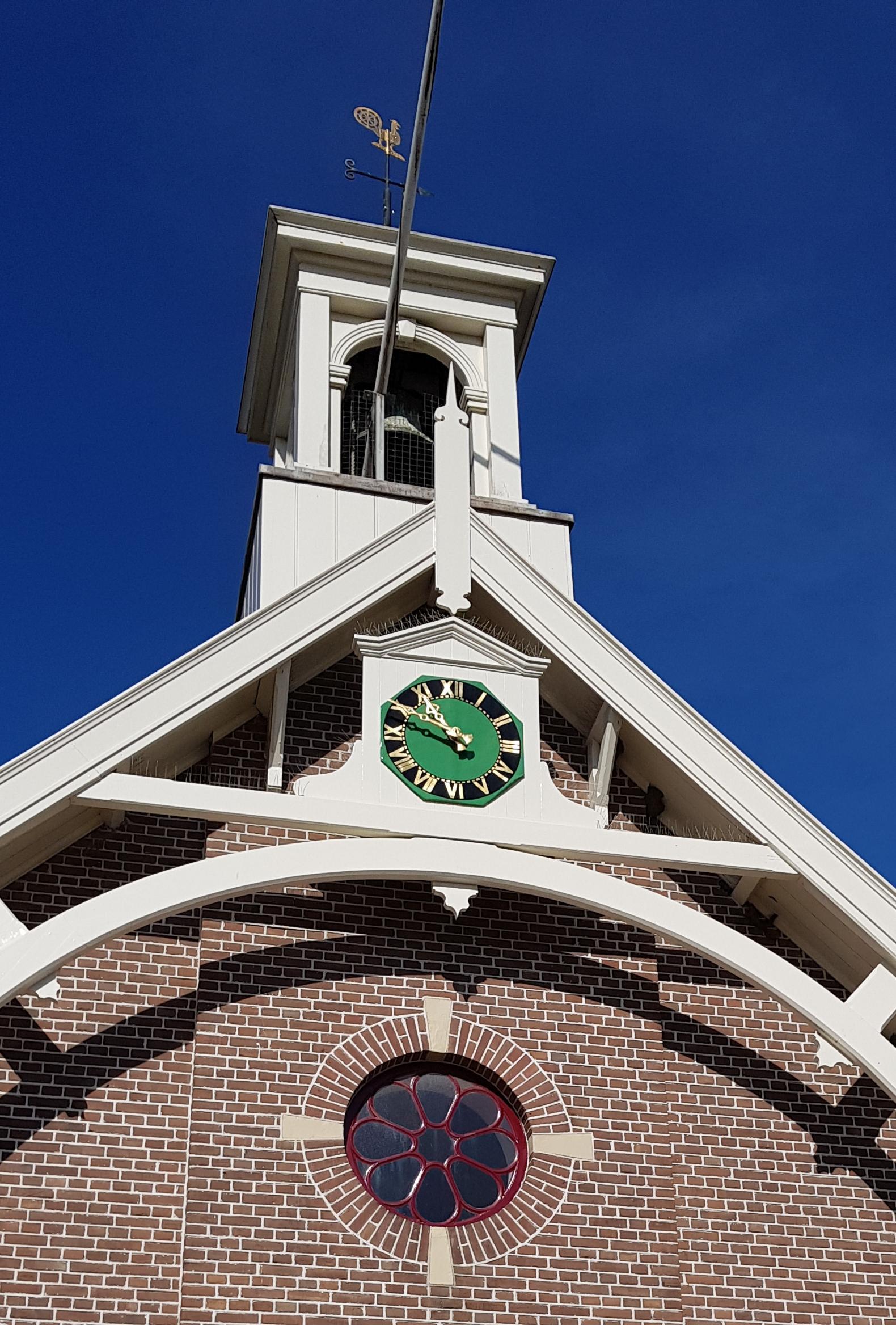 Op het Huisduiner kerkje wordt de tijd voortaan in het bladgoud weergegeven