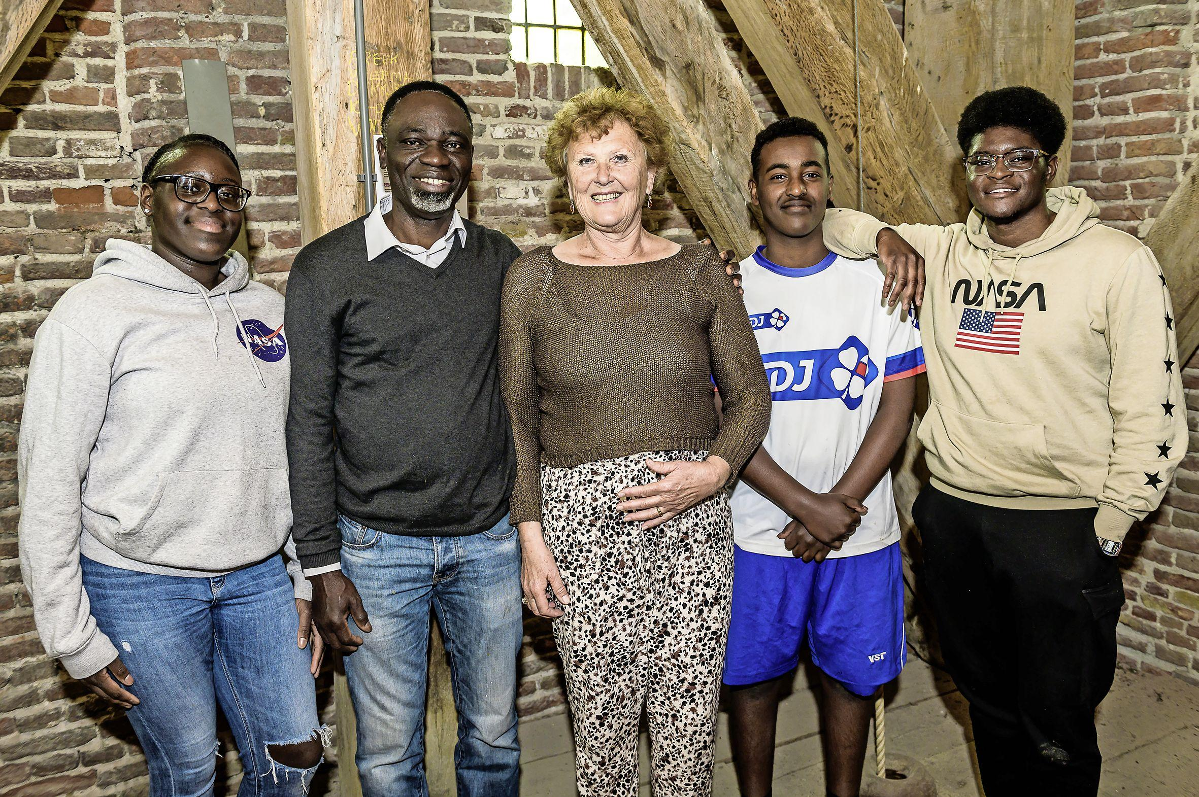 Edams gezin beklimt 'Vaalserberg' op Grote Kerk om geld in te zamelen voor gezinnen in Zuid-Soedan