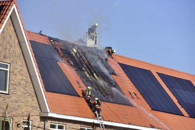 Dakbrand op pas opgeleverde nieuwbouwwoning in Zoeterwoude, mogelijk ontstaan door zonnepanelen [video]