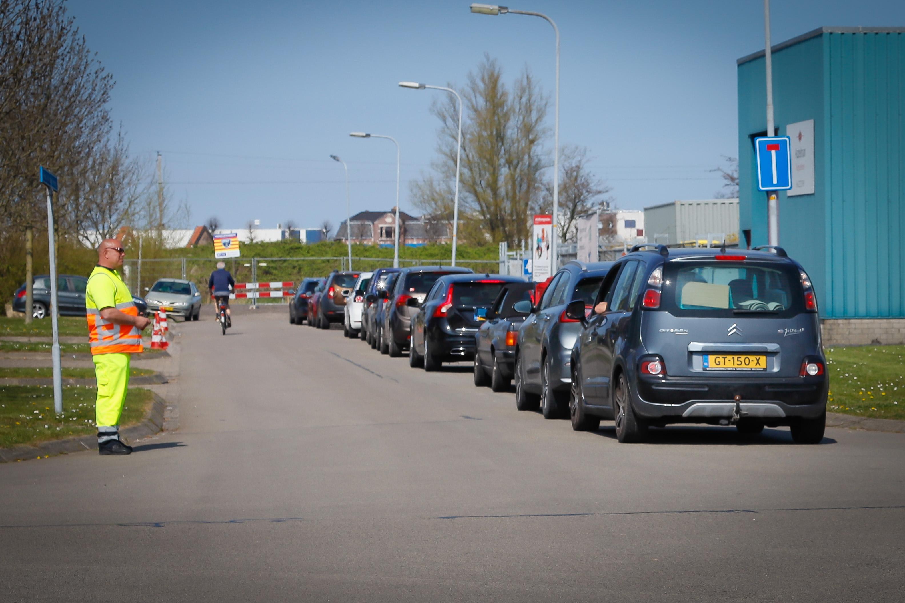 Verkeersregelaars op Schepenwijk in Enkhuizen blijken nodig om wegbrengen grof vuil in goede banen te leiden: 'Ik wacht al anderhalf uur'