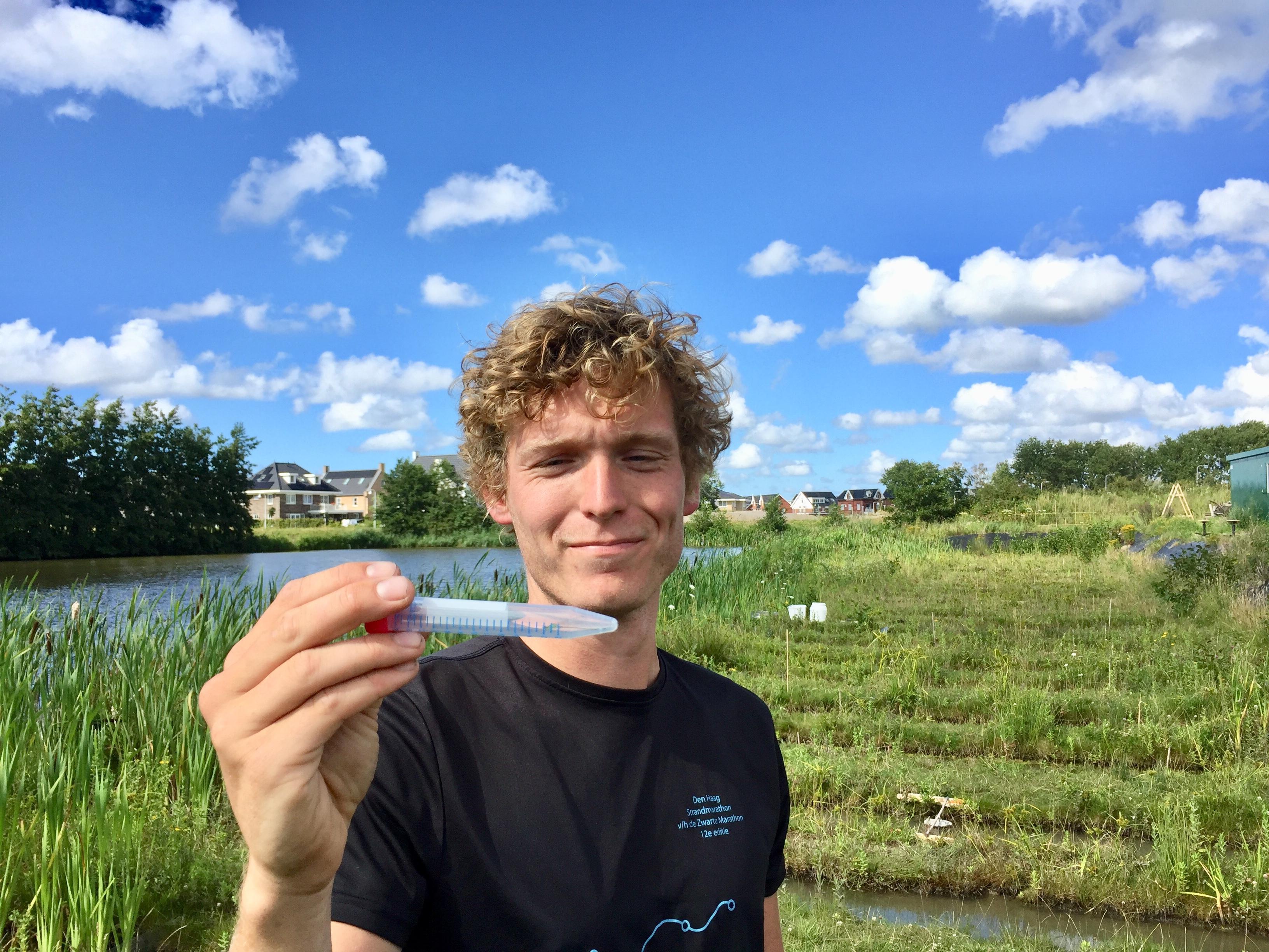 Wat doen die nanodeeltjes in de sloot? Levend Lab in Leiden onderzoekt effect van titaniumdioxide op het waterleven