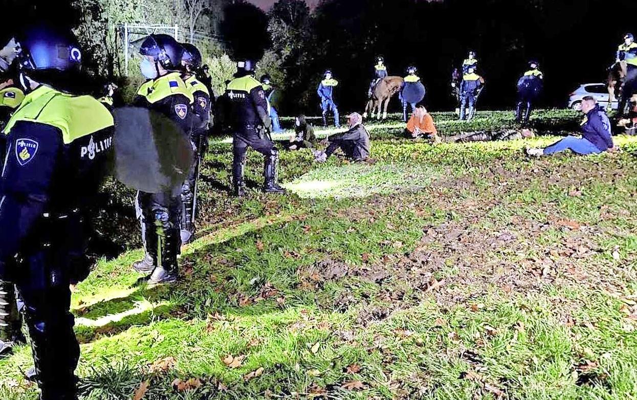 Gemeente Bergen en politie hopen illegaal feest in Schoorlse Duinen verijdeld te hebben. Een gebiedsverbod lag klaar om ruim 200 feestvierders te weren