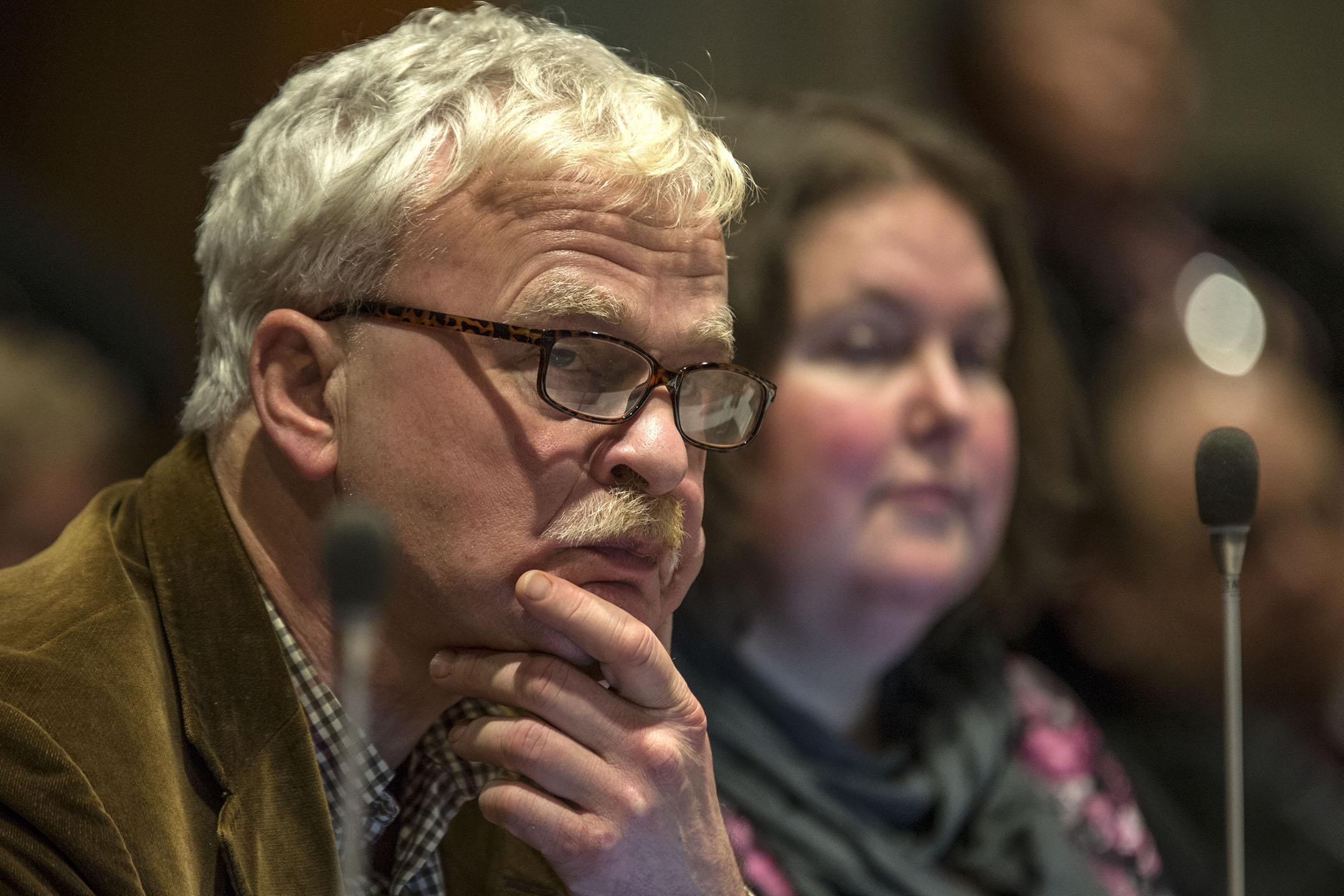 Lintje voor vertrekkend VVD-raadslid Bas Wienbelt (73) in Alphen aan den Rijn