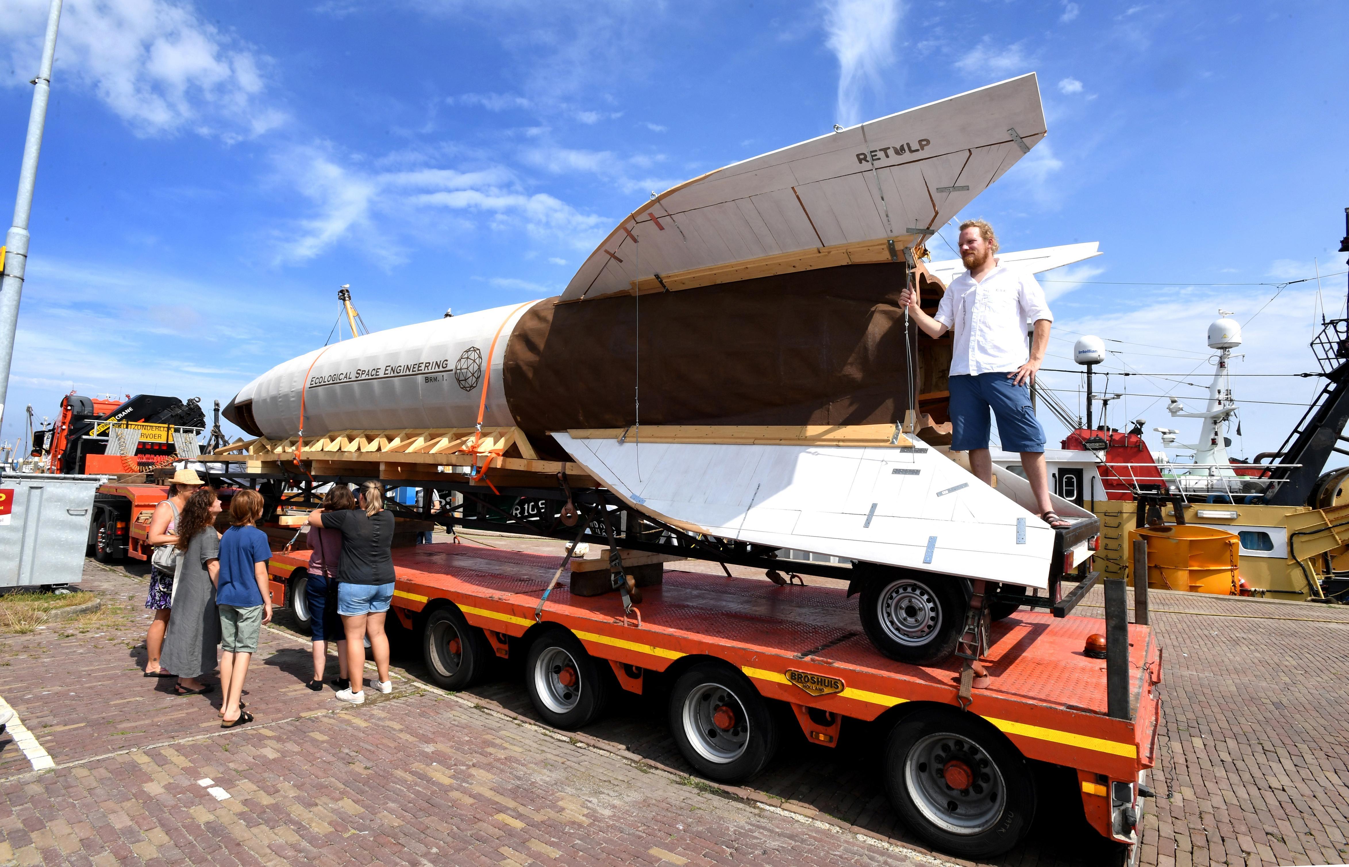 Een enorme raket vol met zaden duikt op in de haven van Den Oever